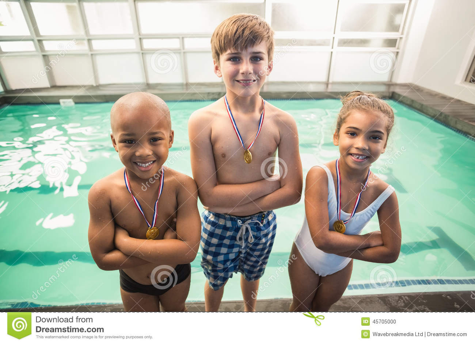 微笑与奖牌的逗人喜爱的游泳类