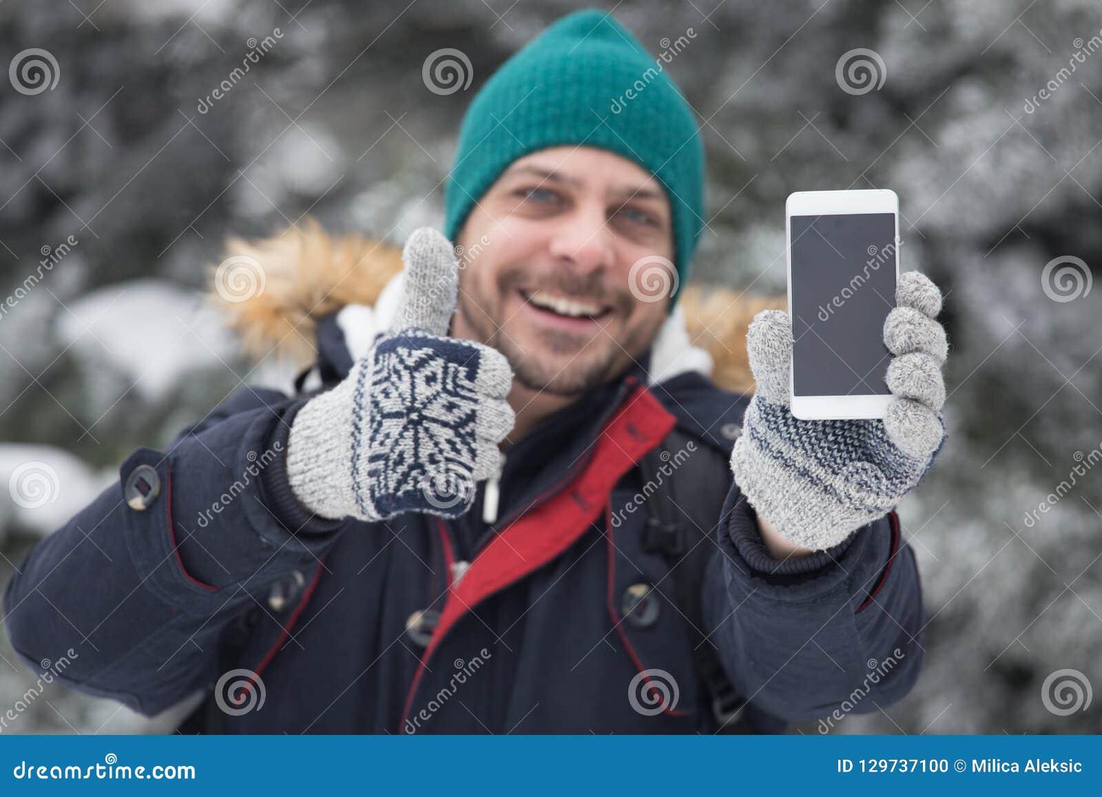 微笑人画象举行智能手机和赞许的 Holi