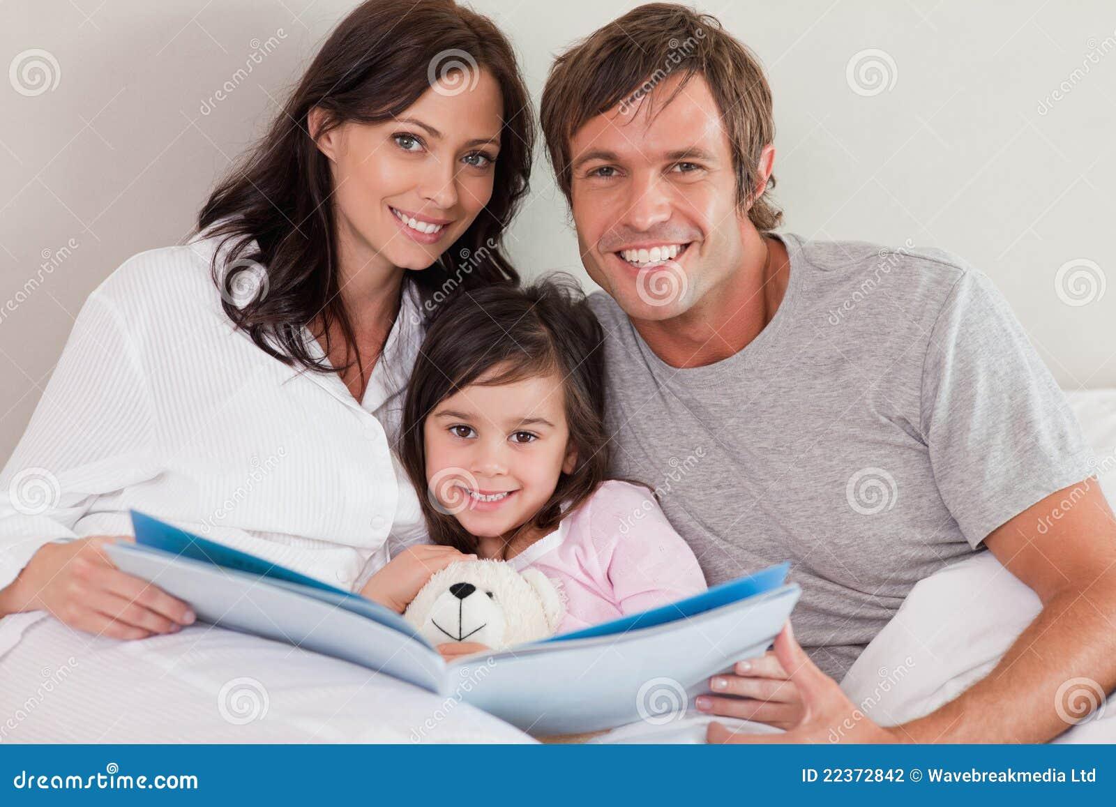 微笑做父母读故事给他们的女儿
