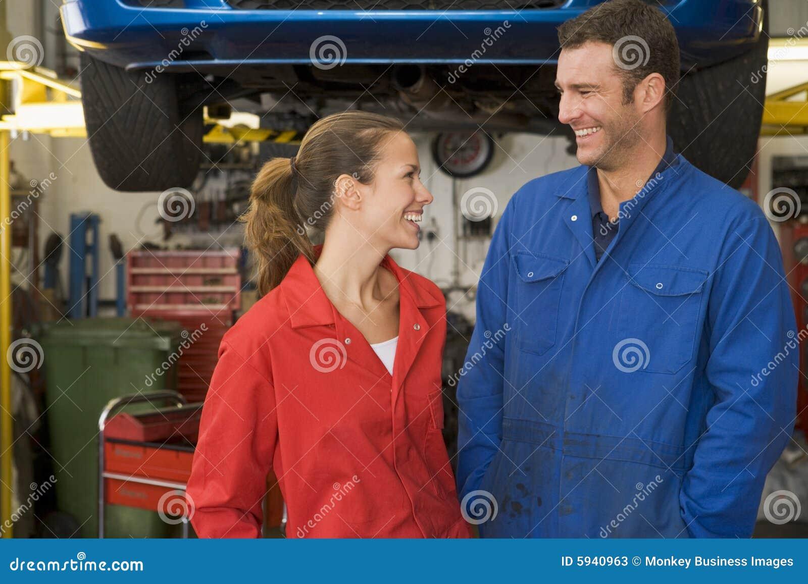 微笑停车库的机械工突出二