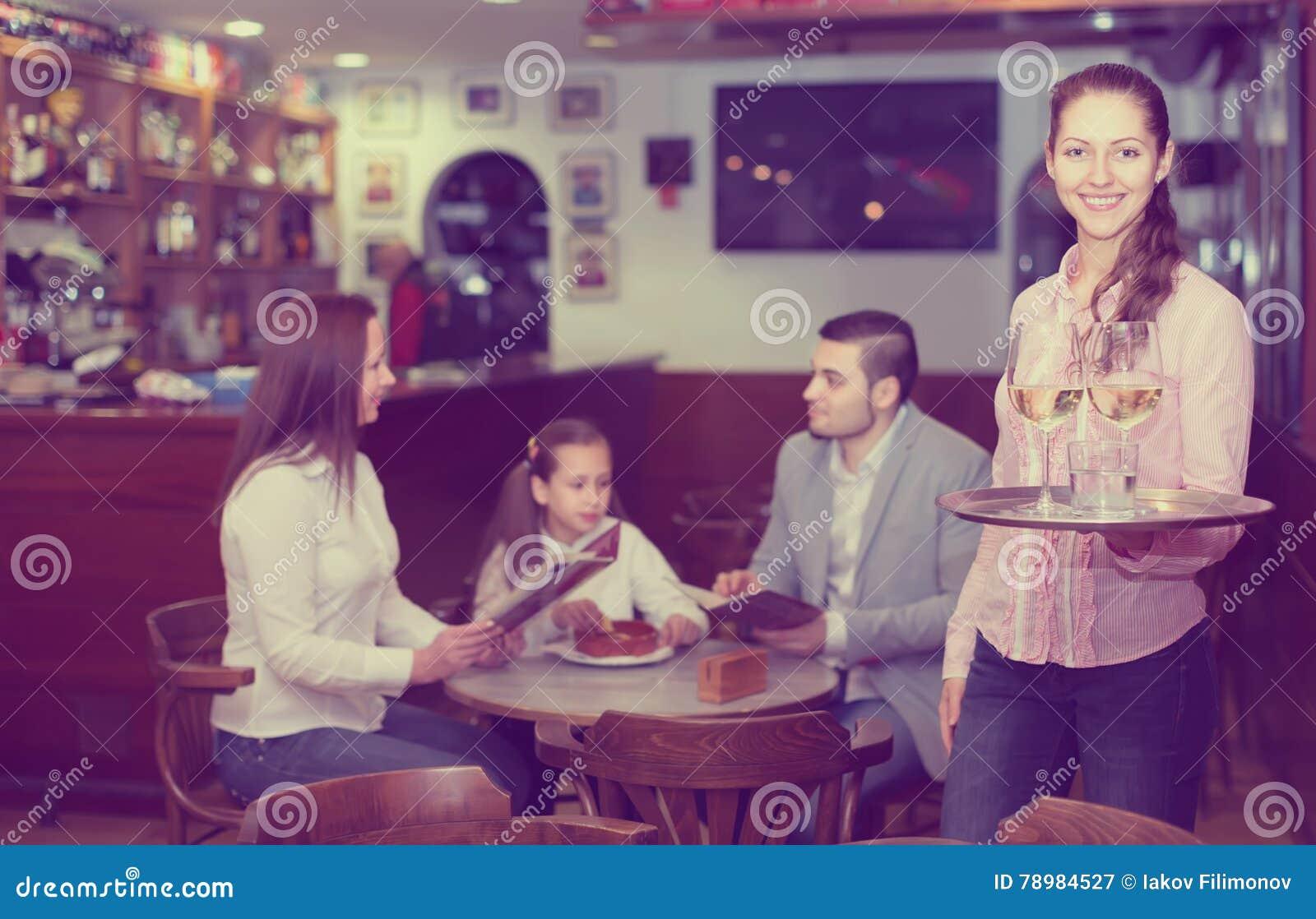微笑刺人和酒吧乘员组