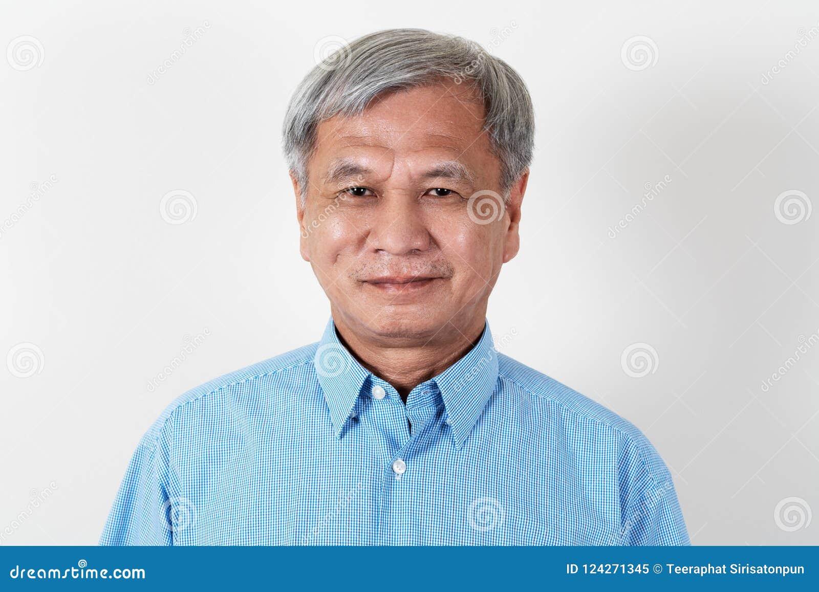 微笑和看照相机的可爱的资深亚裔人画象在演播室
