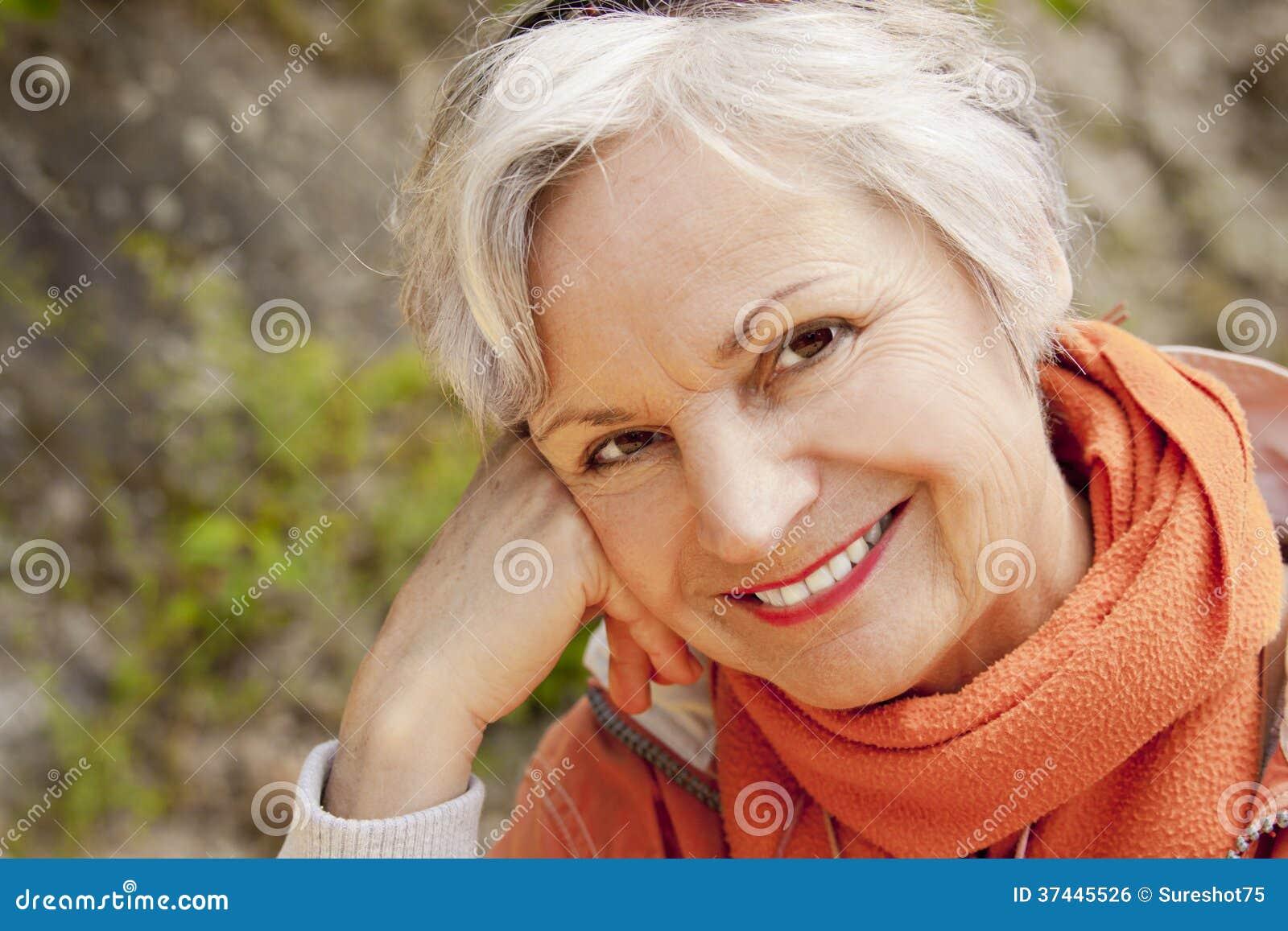 微笑在山的最佳的老化妇女远足旅行