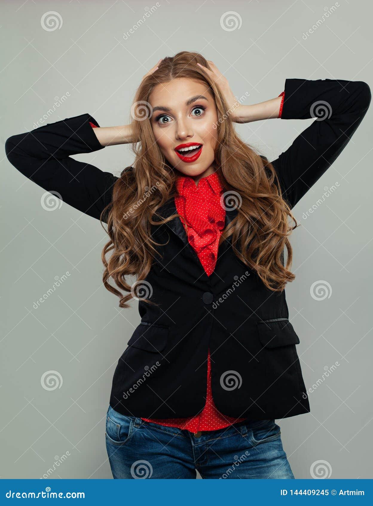 微笑在白色背景的愉快的模型 黑衣服画象的女商人