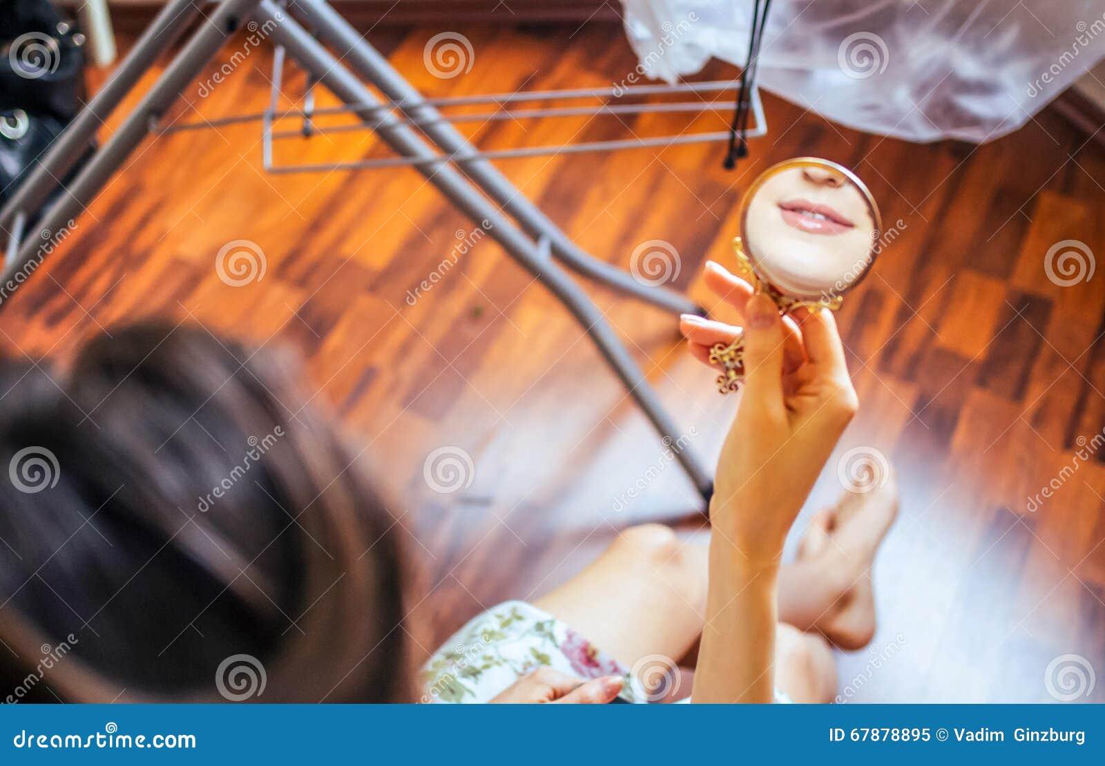 微笑在镜子的女孩