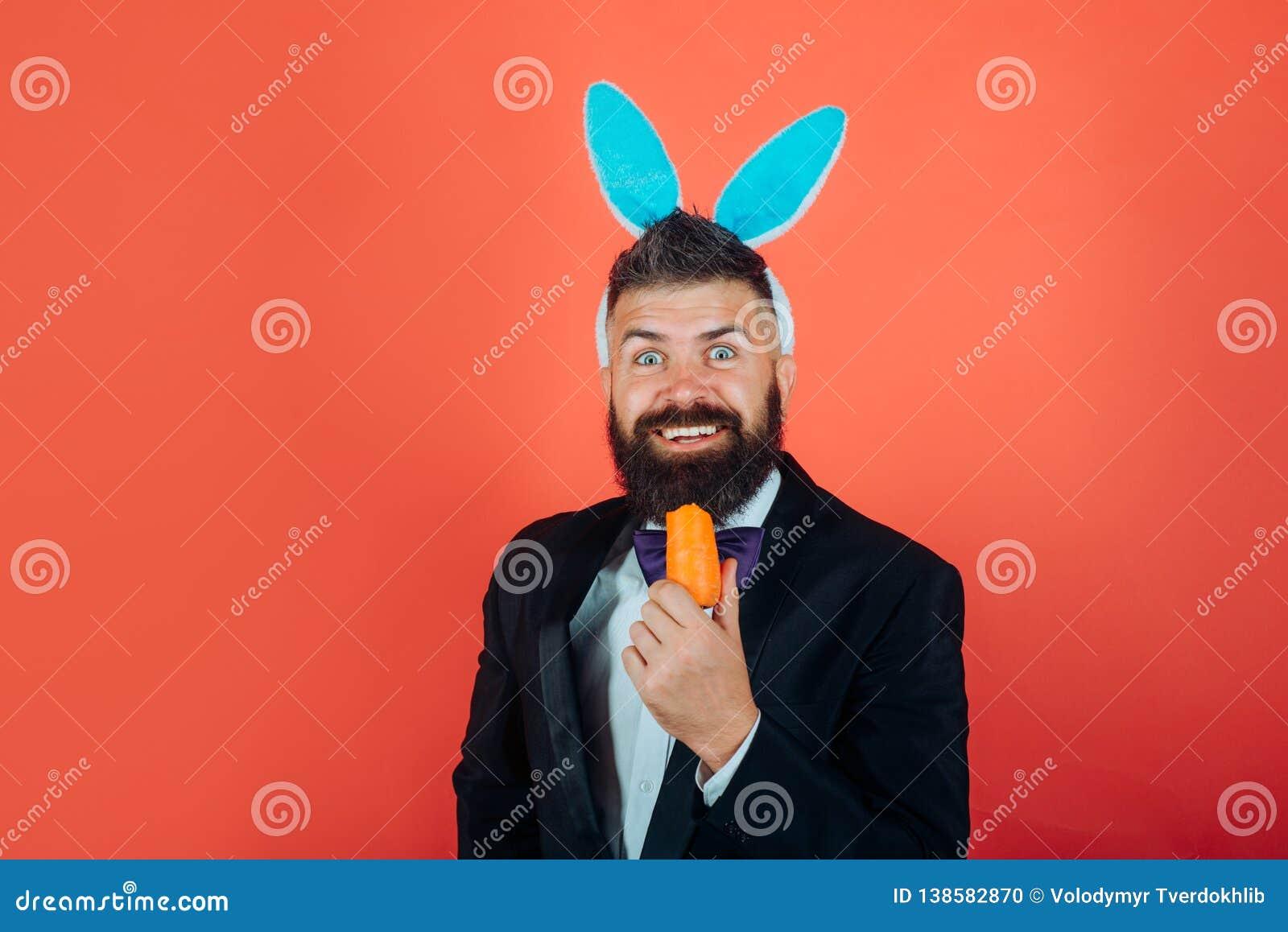 微笑复活节 复活节快乐和滑稽的复活节天 有兔宝宝耳朵的小兔人庆祝复活节的