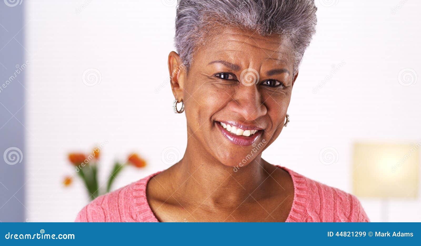 微笑对照相机的成熟非洲妇女