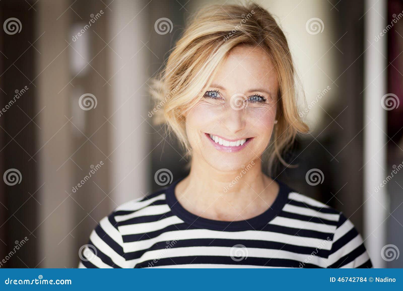 微笑对照相机的活跃成熟妇女