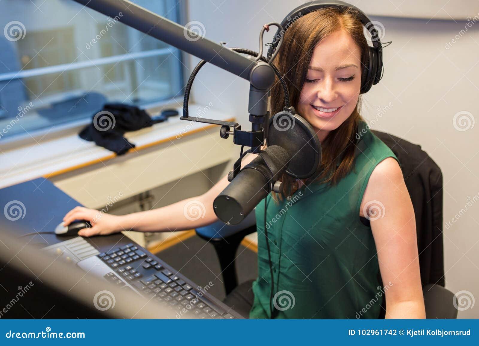 微笑无线电的骑师,当佩带耳机在演播室时