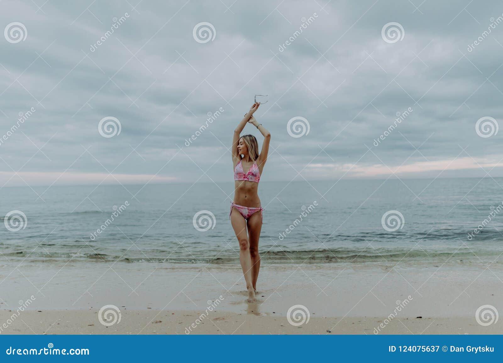 微笑海滩的自由和幸福妇女享受平静的海洋自然的在旅行假日期间假期户外
