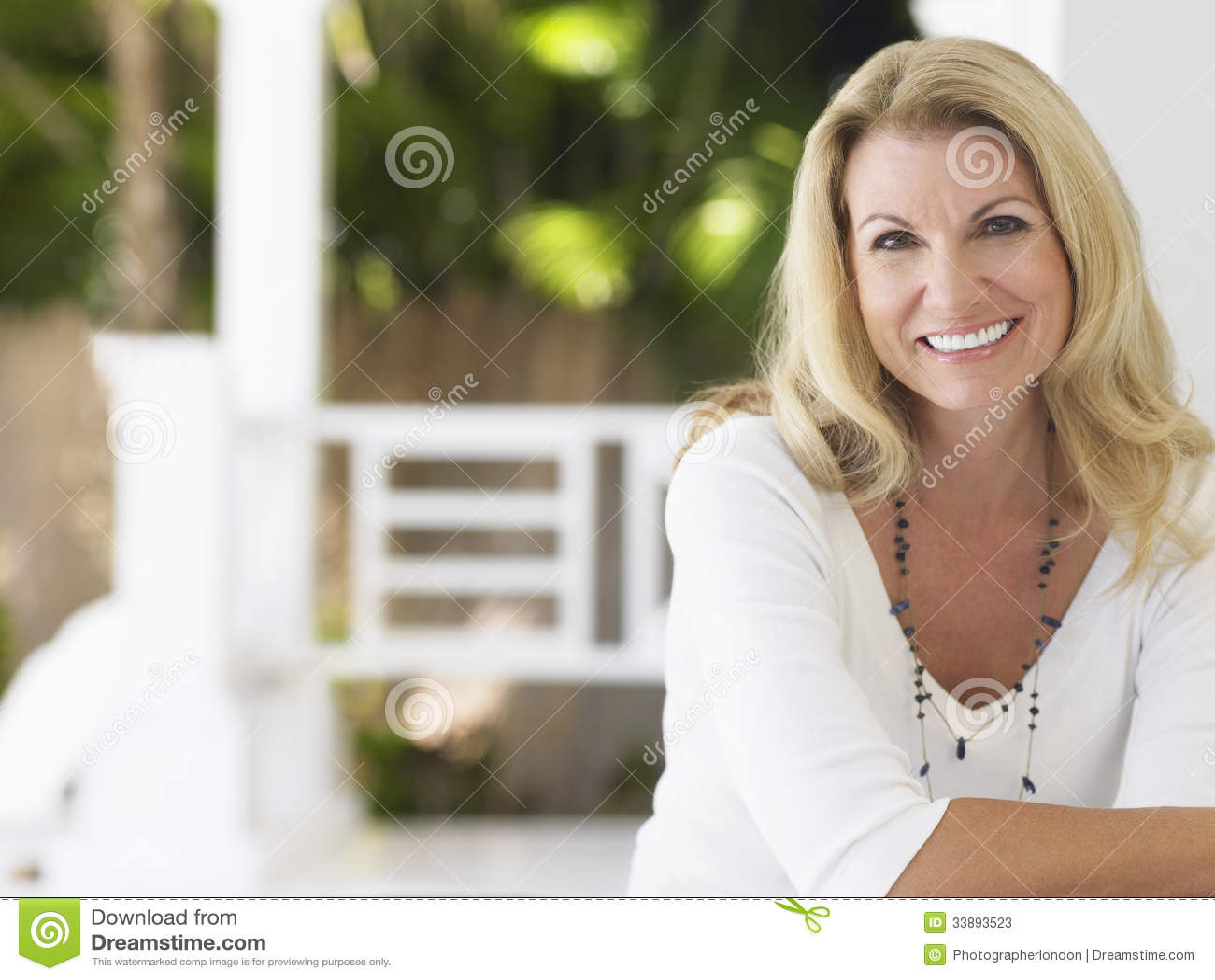 微笑的中世纪妇女画象
