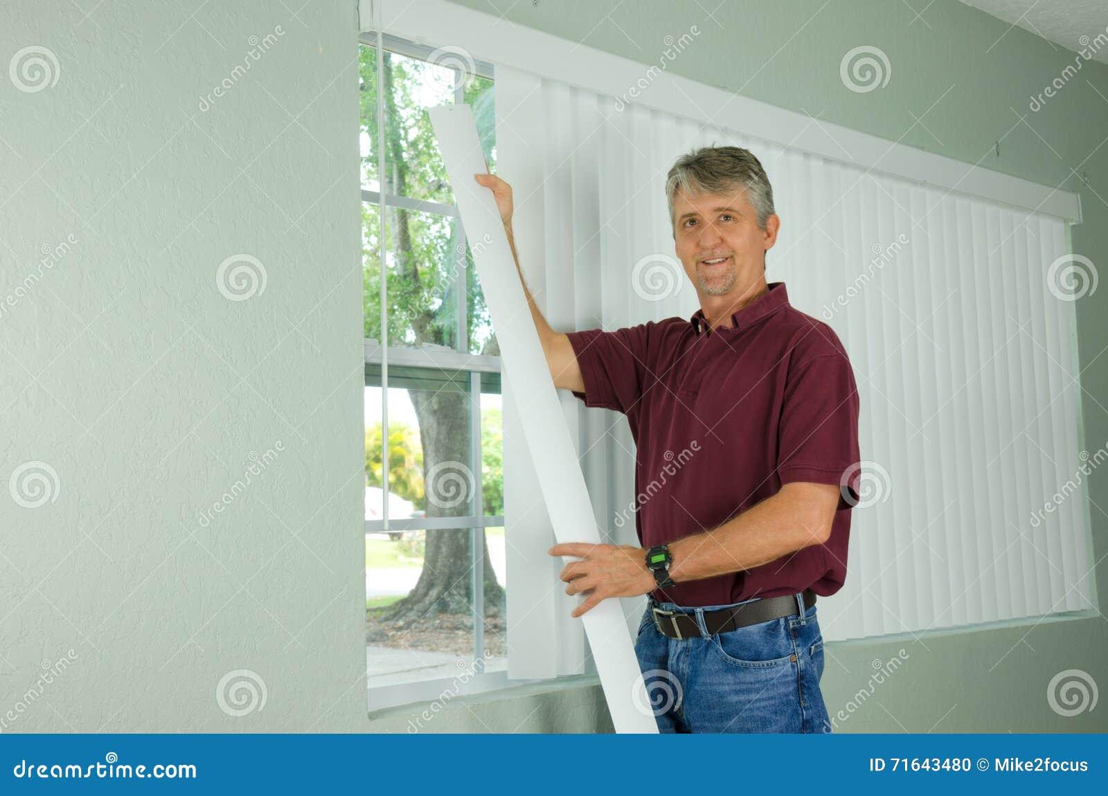 微笑的人垂悬的垂直蒙蔽窗帘