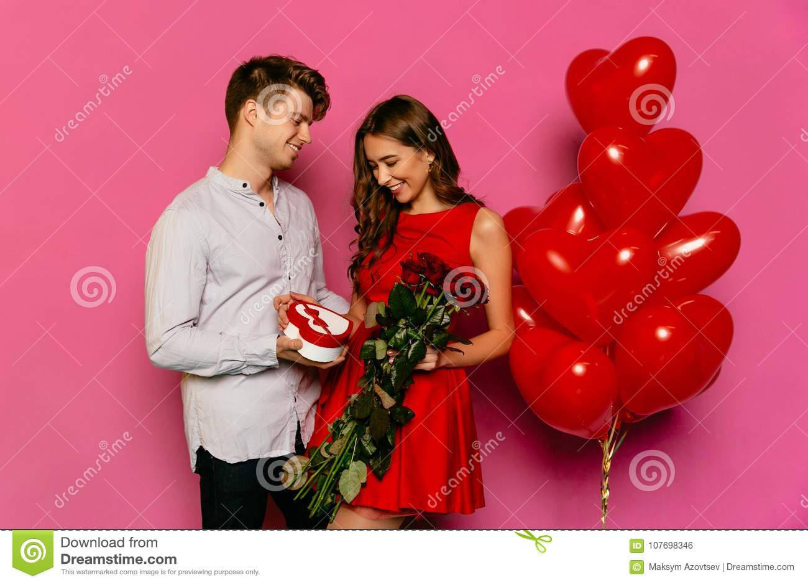 微笑的人给英国兰开斯特家族族徽和箱子有礼物的他迷人的女朋友