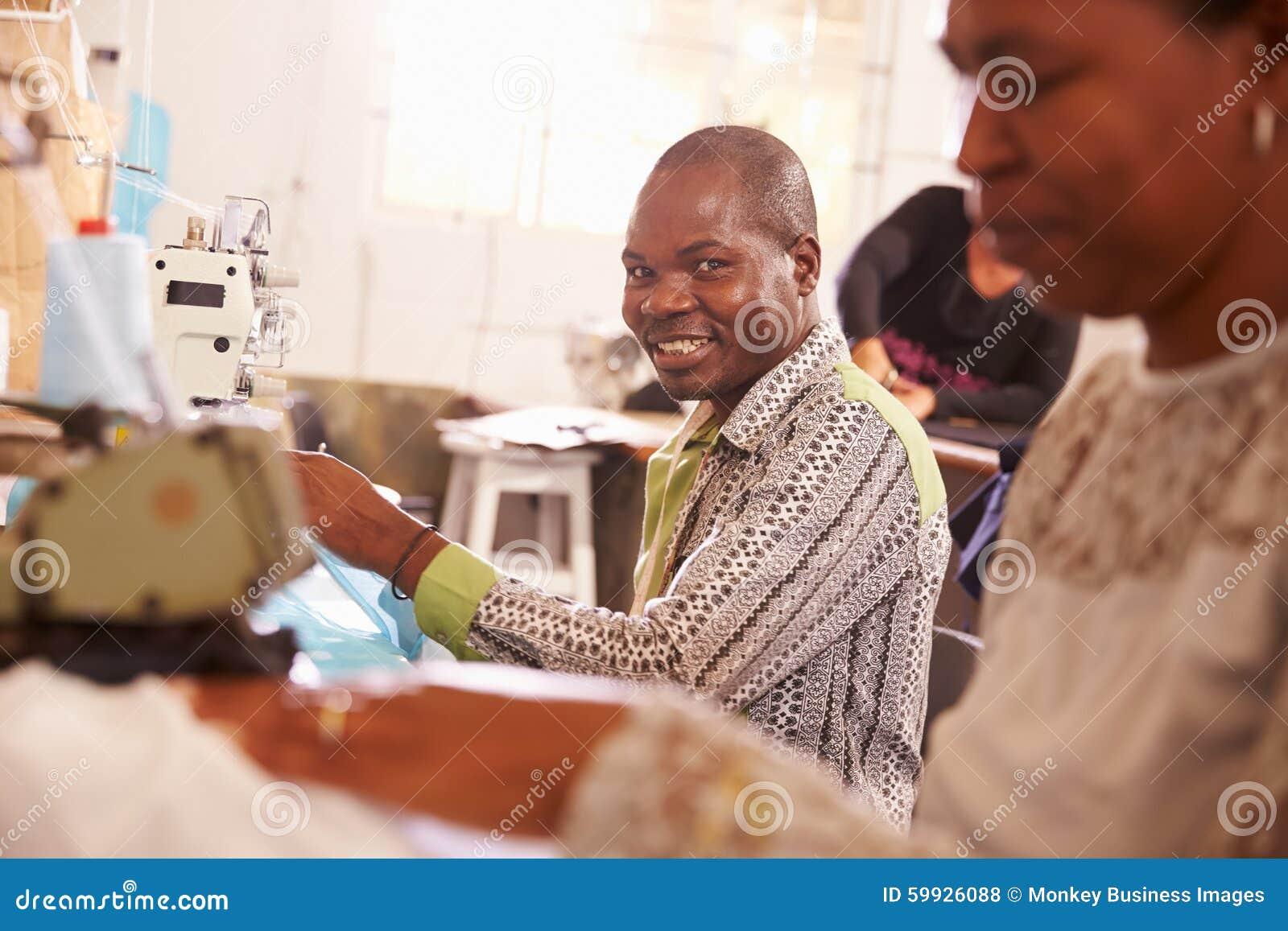 微笑的人缝合在社区车间的,南非