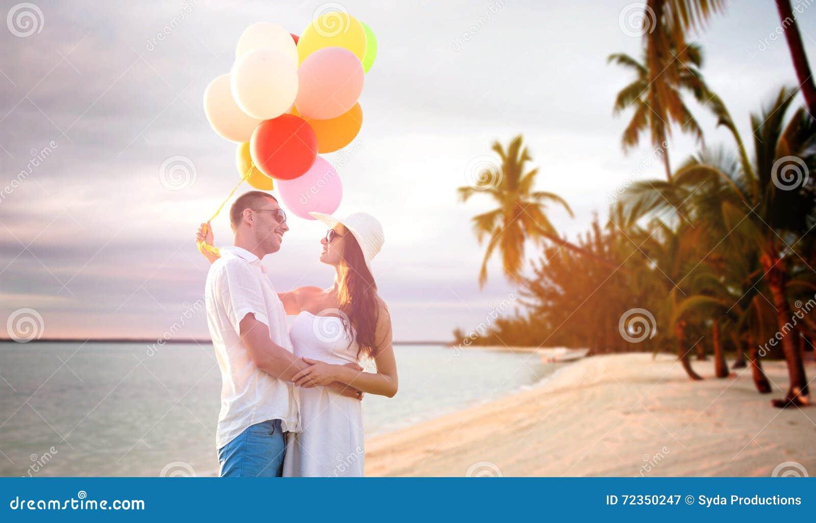 微笑的加上气球户外