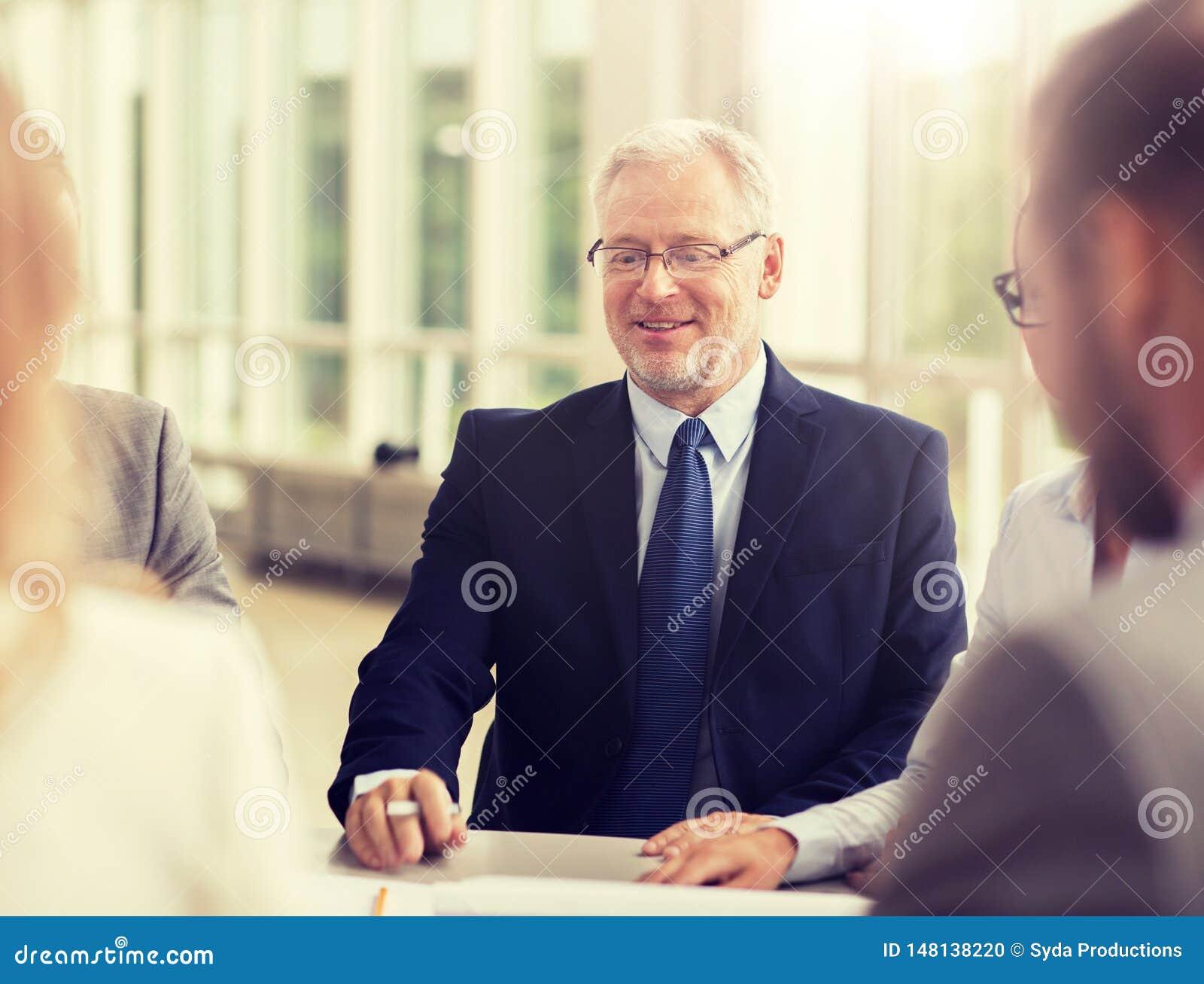 微笑的商人会议在办公室