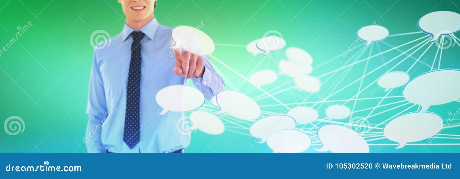 微笑的商人的中间部分的综合图象使用接口的,当站立用在po时的手
