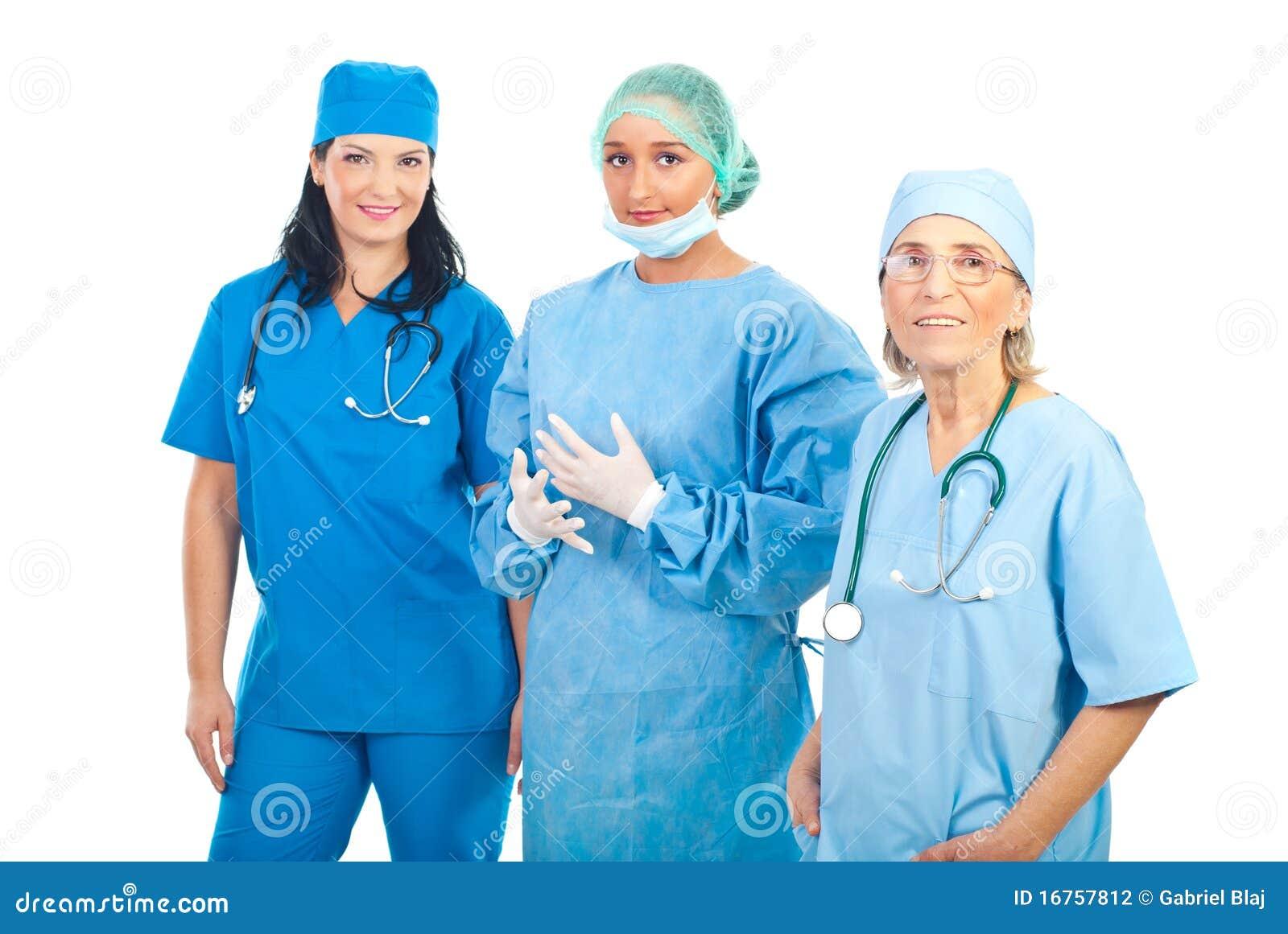 微笑的外科医生合作三名妇女