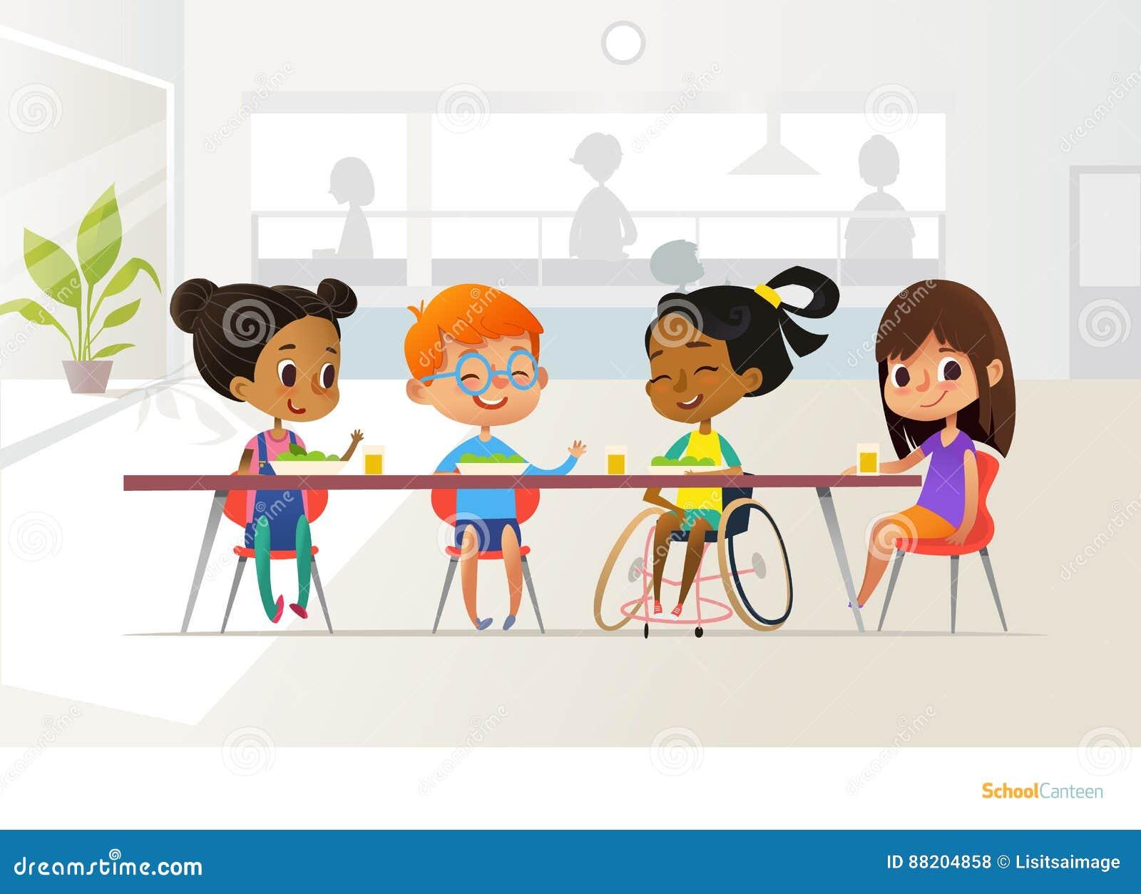 微笑的失去能力的女孩坐在学校军用餐具的桌上和谈话与她的同学 儿童s友谊 包含教育