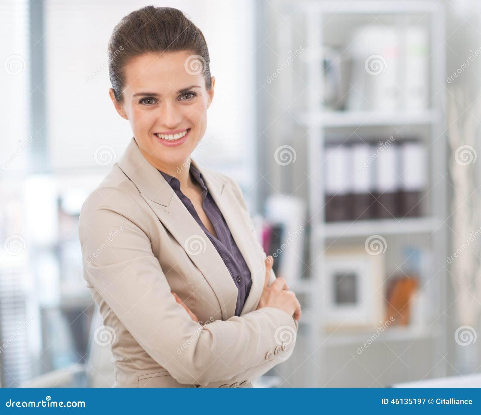 微笑的女商人在现代办公室