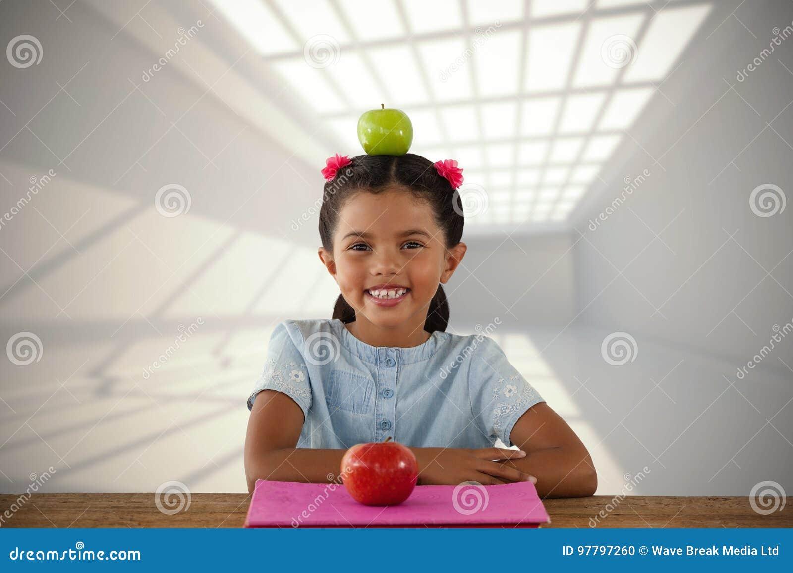 微笑的女孩的综合图象用在头的格兰尼史密斯苹果苹果
