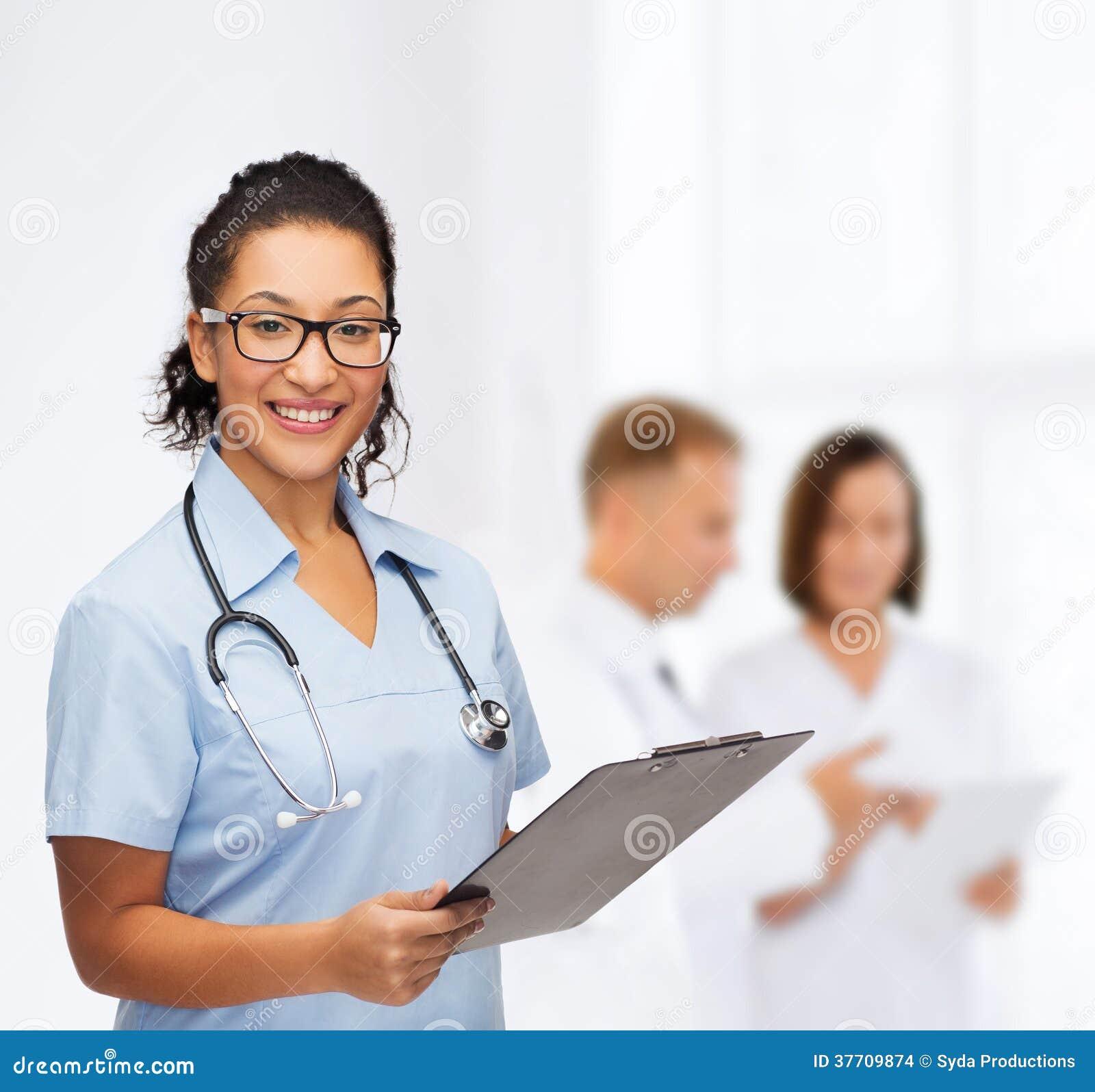 美国人���.��l_微笑的女性非裔美国人的医生或护士