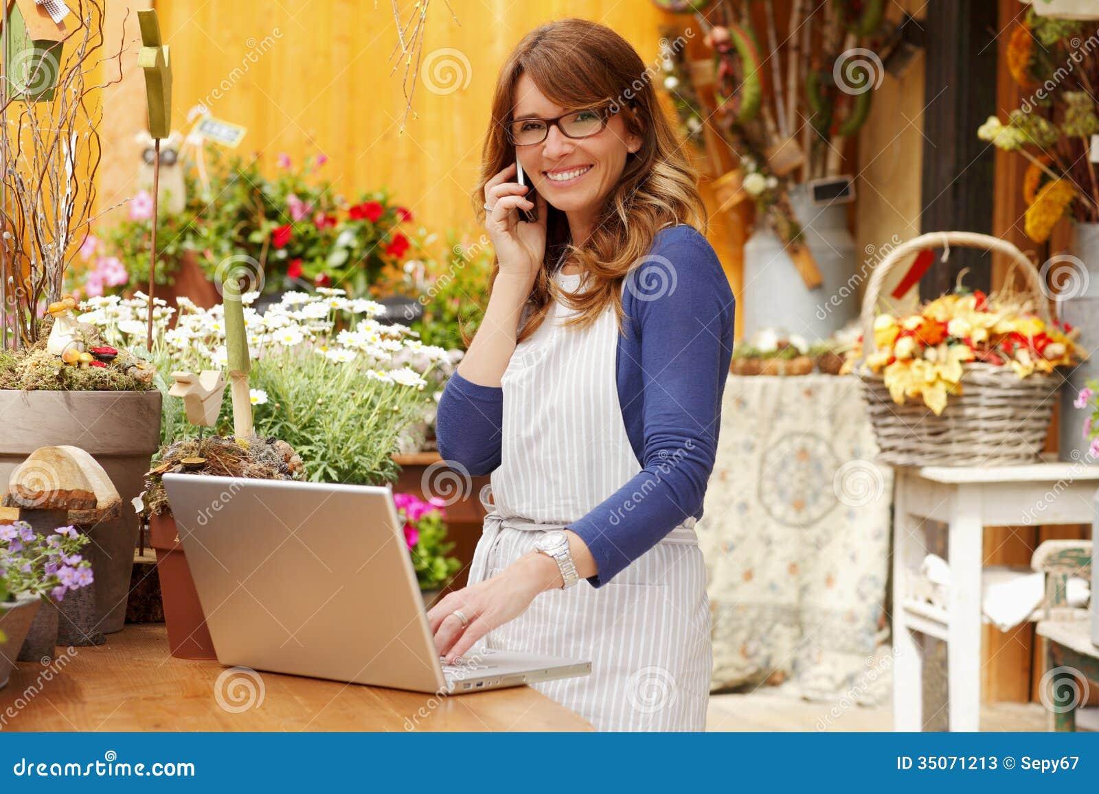 微笑的妇女卖花人,小企业花店所有者