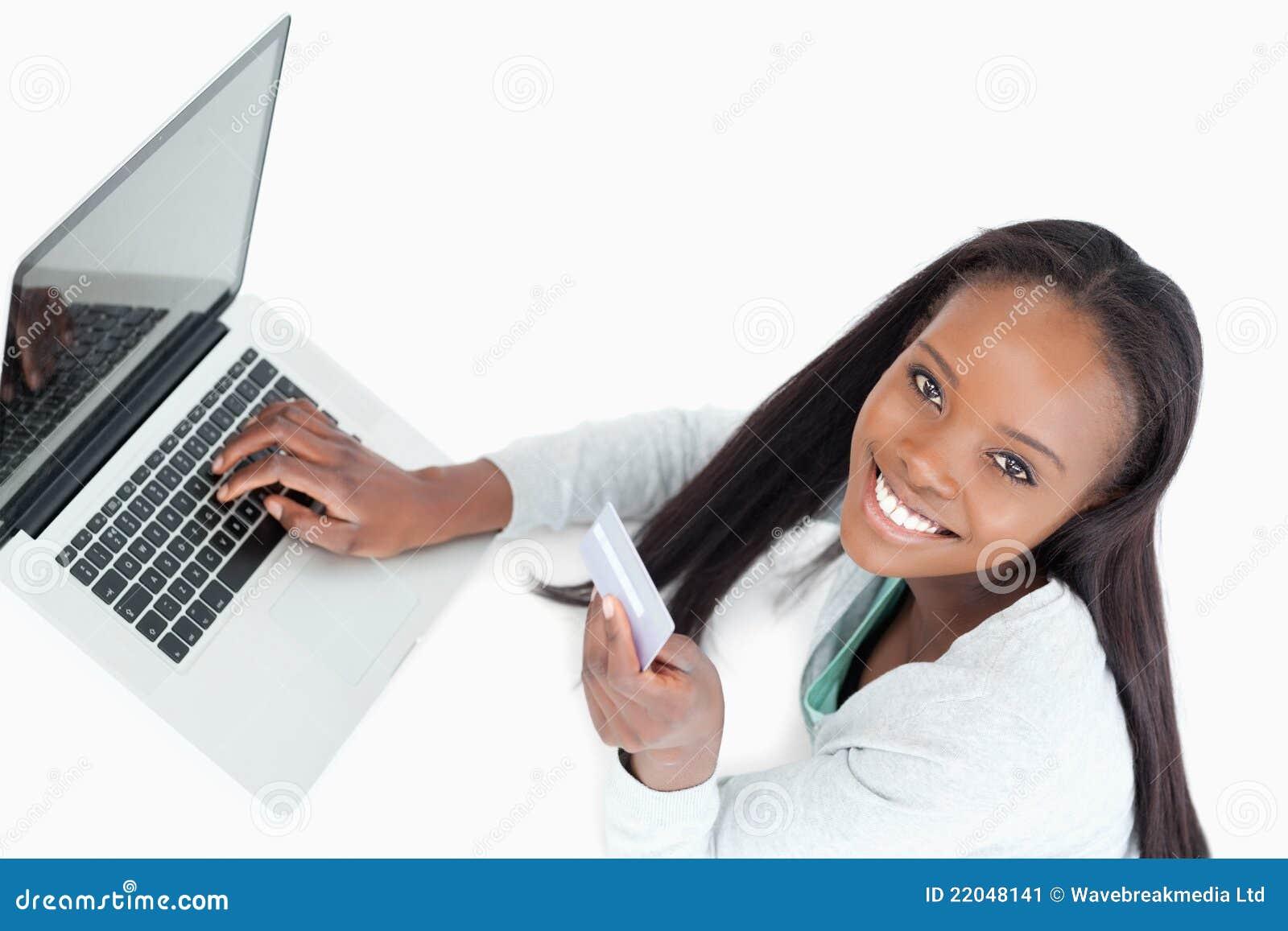 微笑的妇女预订飞行在线