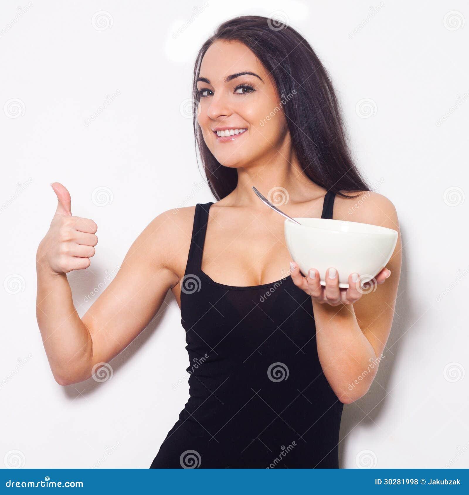 微笑的妇女,当拿着碗时。
