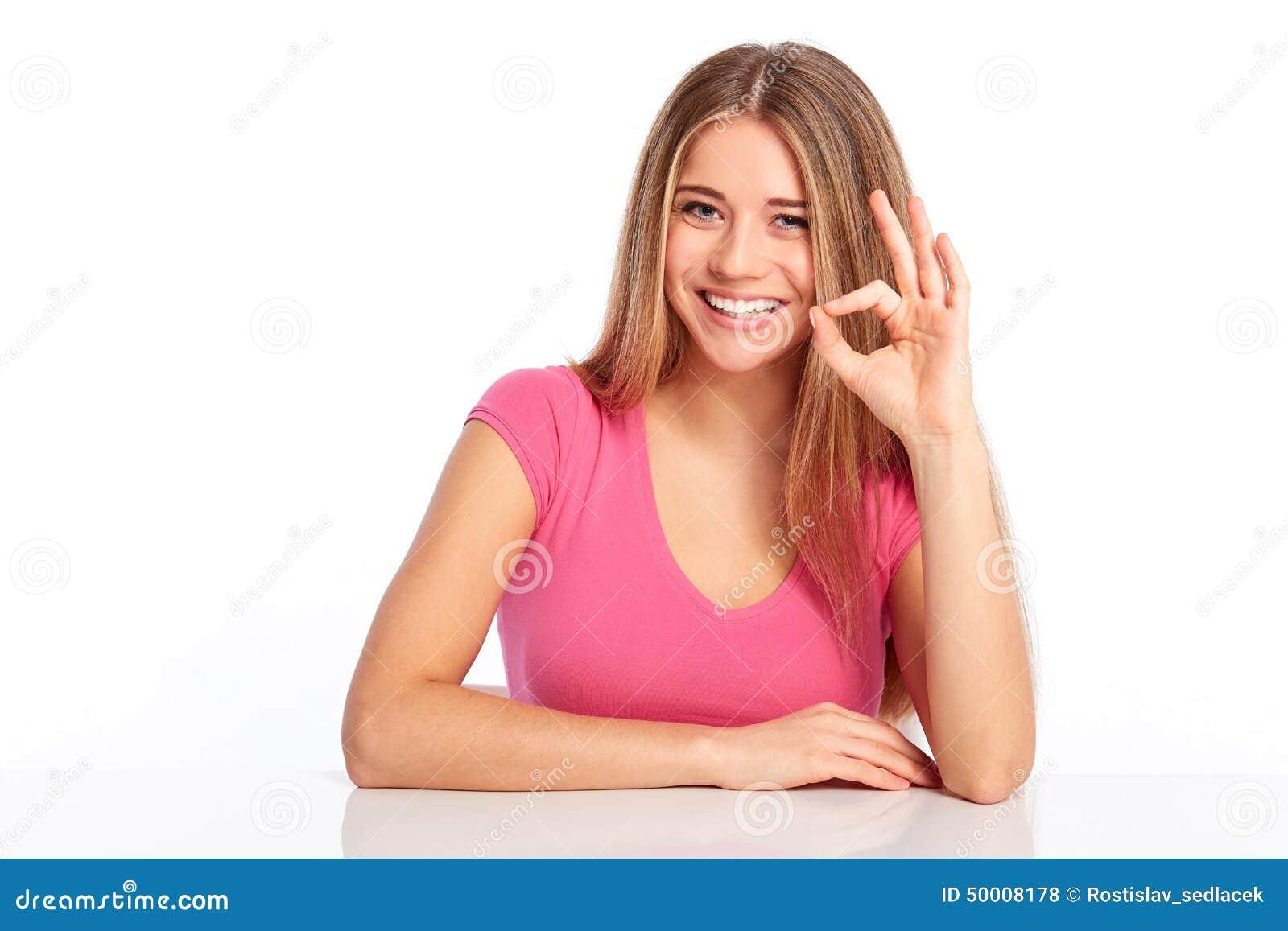 和少妇做�9�.k{x+_打手势好,在白色背景的微笑的少妇.