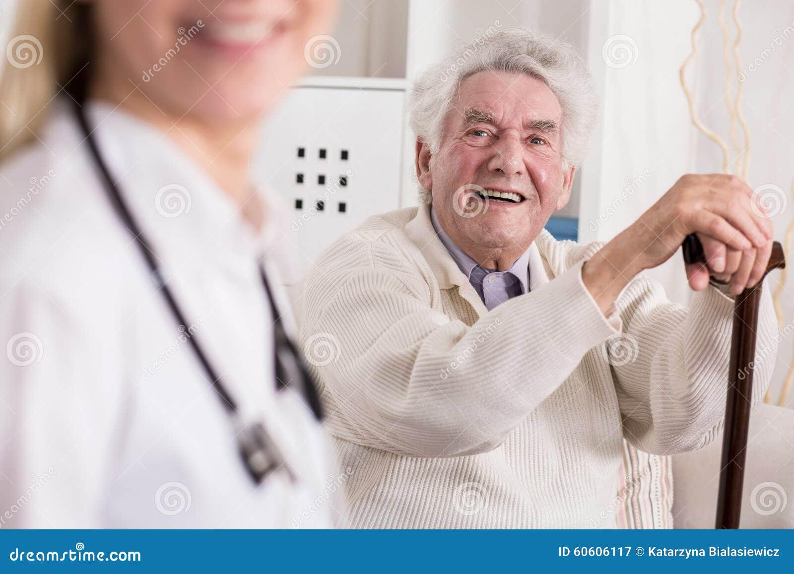 微笑的富有的老人