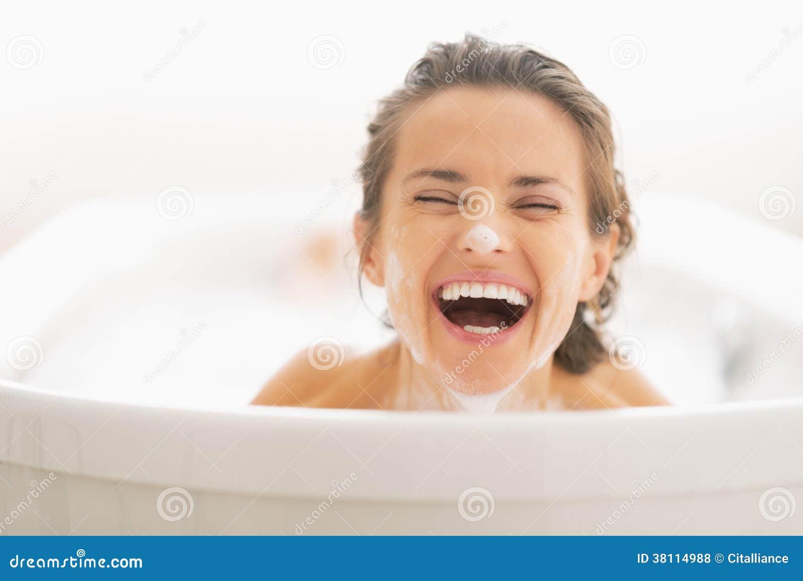 微笑的少妇画象有泡沫的在面孔