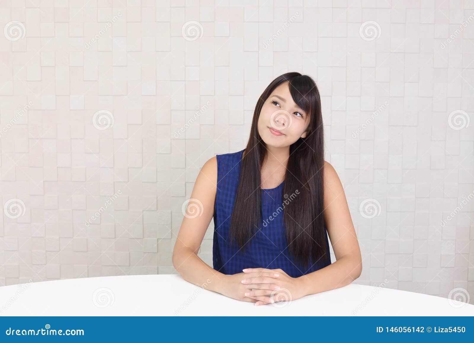 微笑的年轻女人