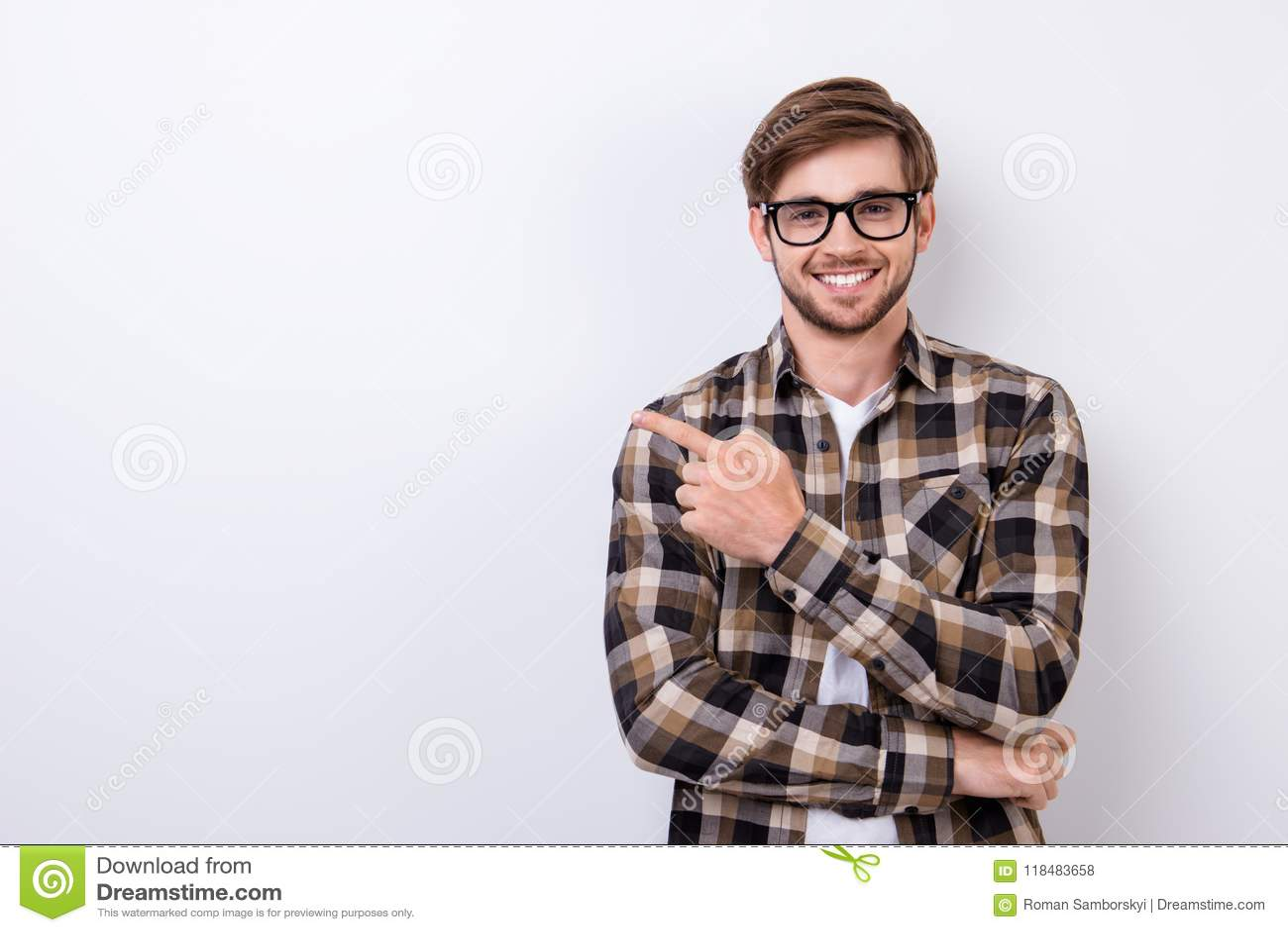 微笑的年轻讨厌的有胡子的时髦的学生在纯净站立