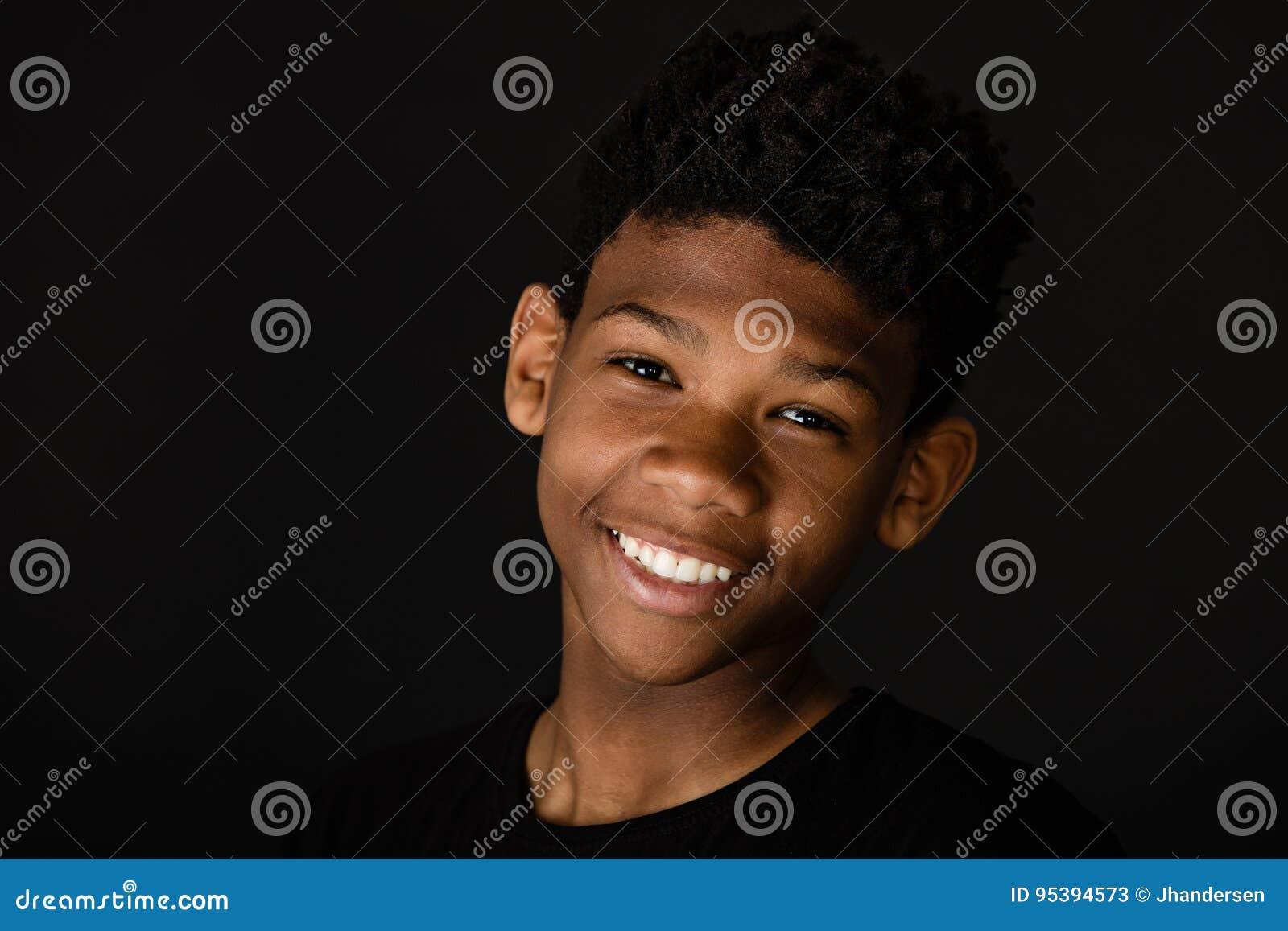 微笑的愉快的年轻非洲男孩