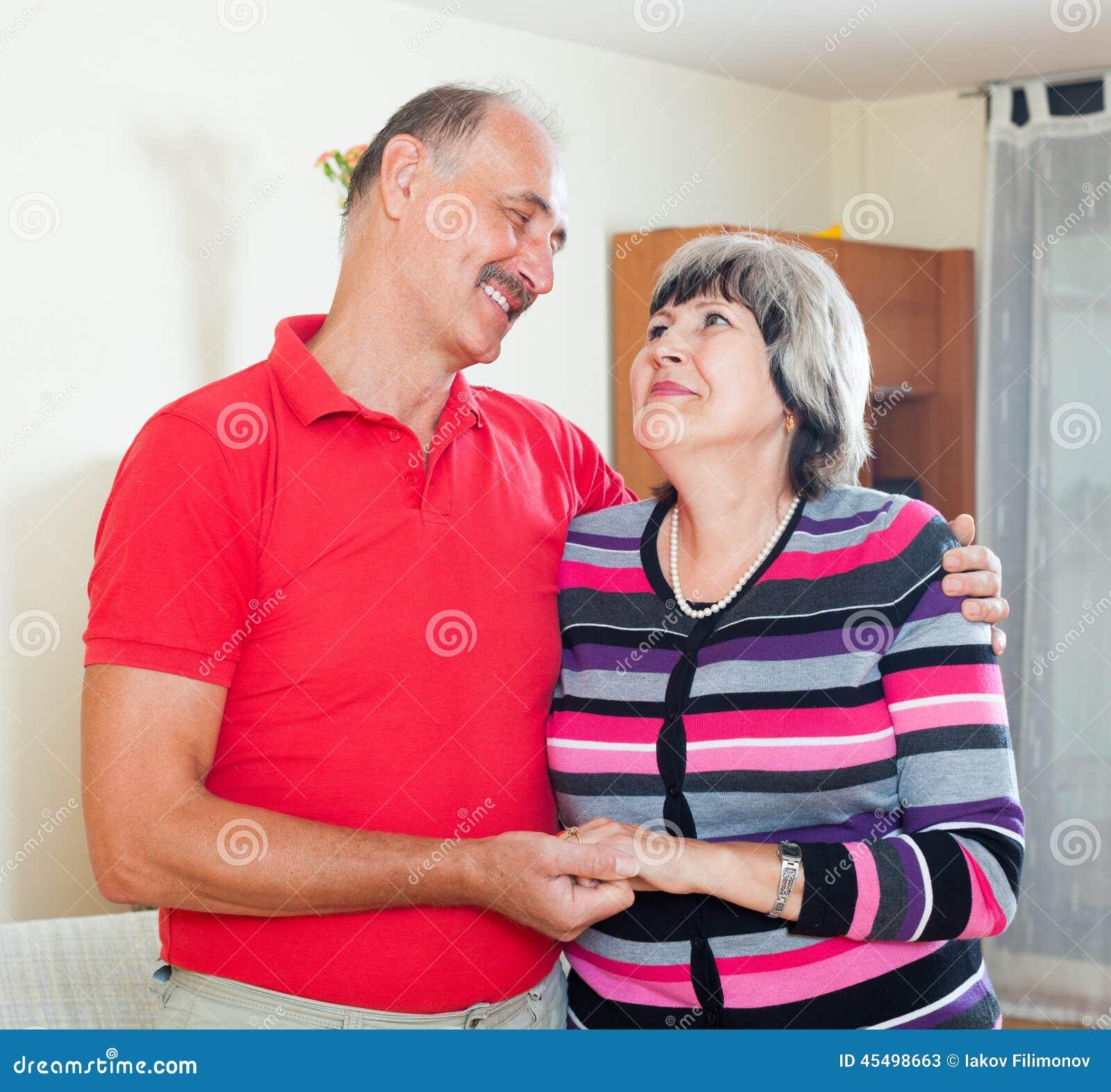 微笑的成熟夫妇在家