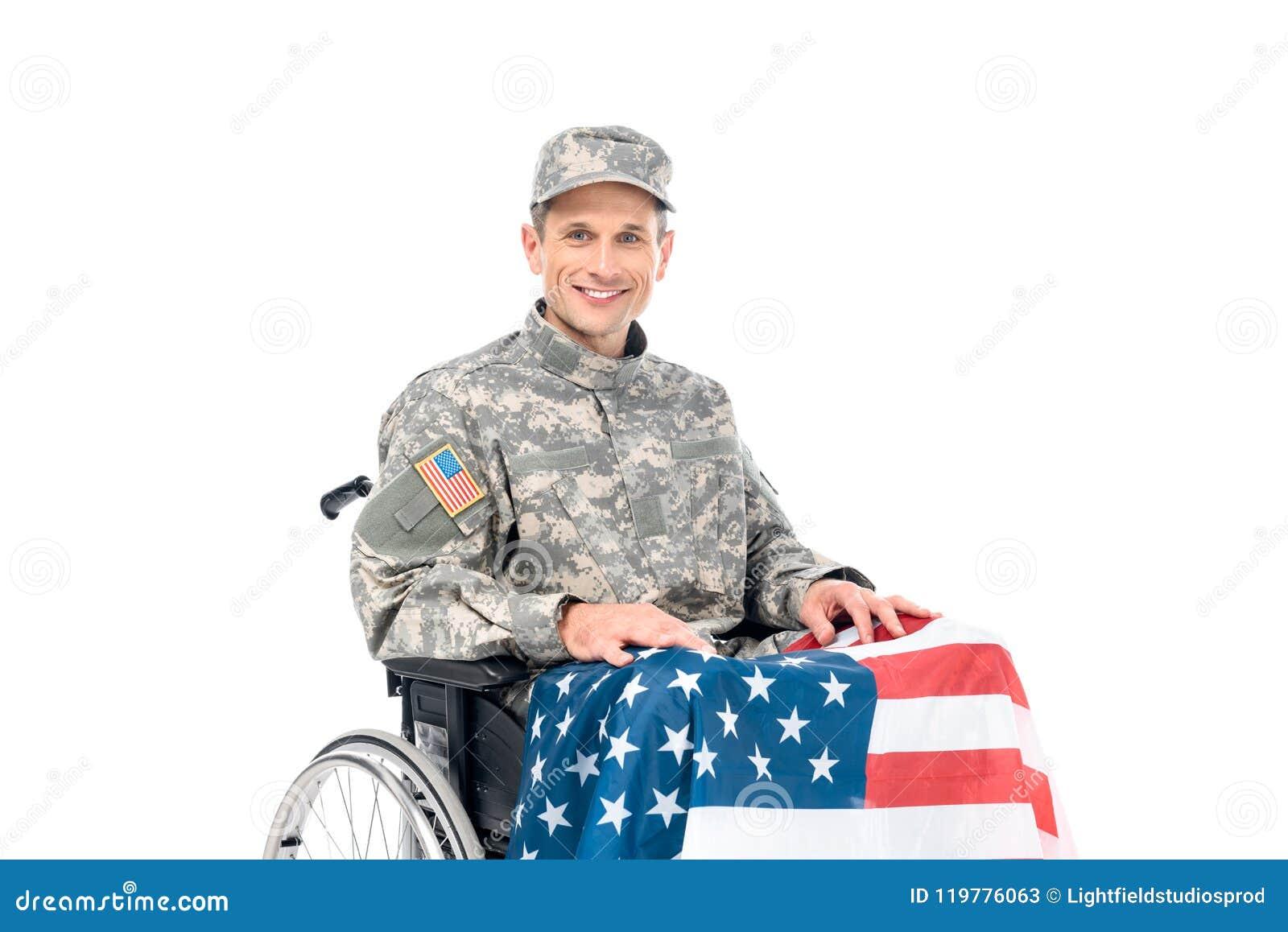 微笑的战士画象轮椅的有看照相机的美国国旗的