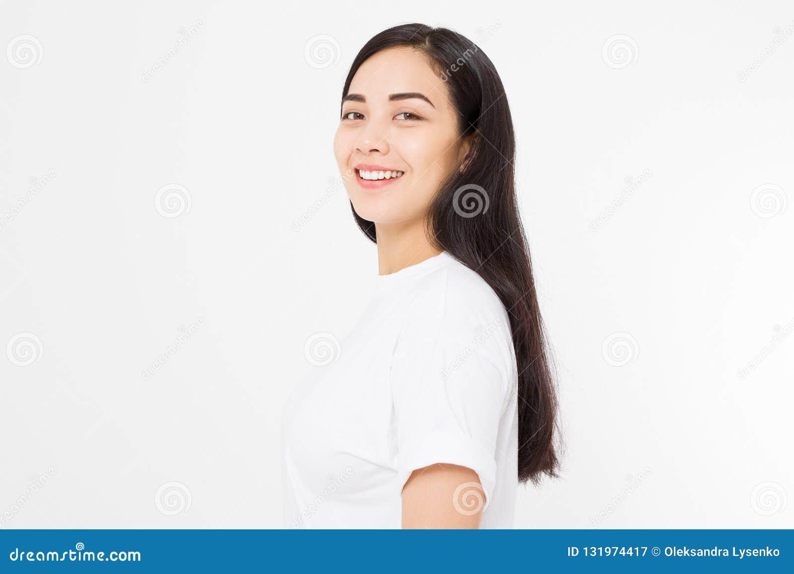 微笑的深色的亚裔女孩画象有在白色背景隔绝的长和发光的平直的女性头发的 美丽的妇女