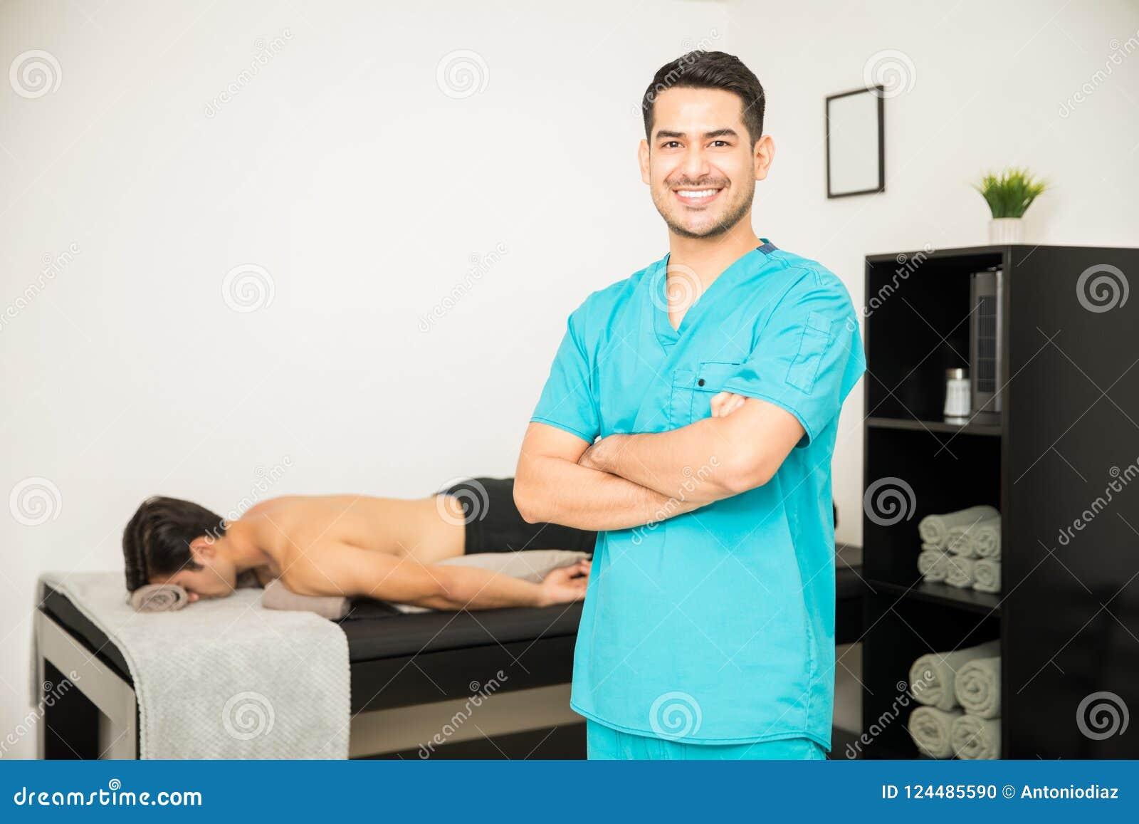 微笑的生理治疗师常设胳膊横渡与Ba的患者