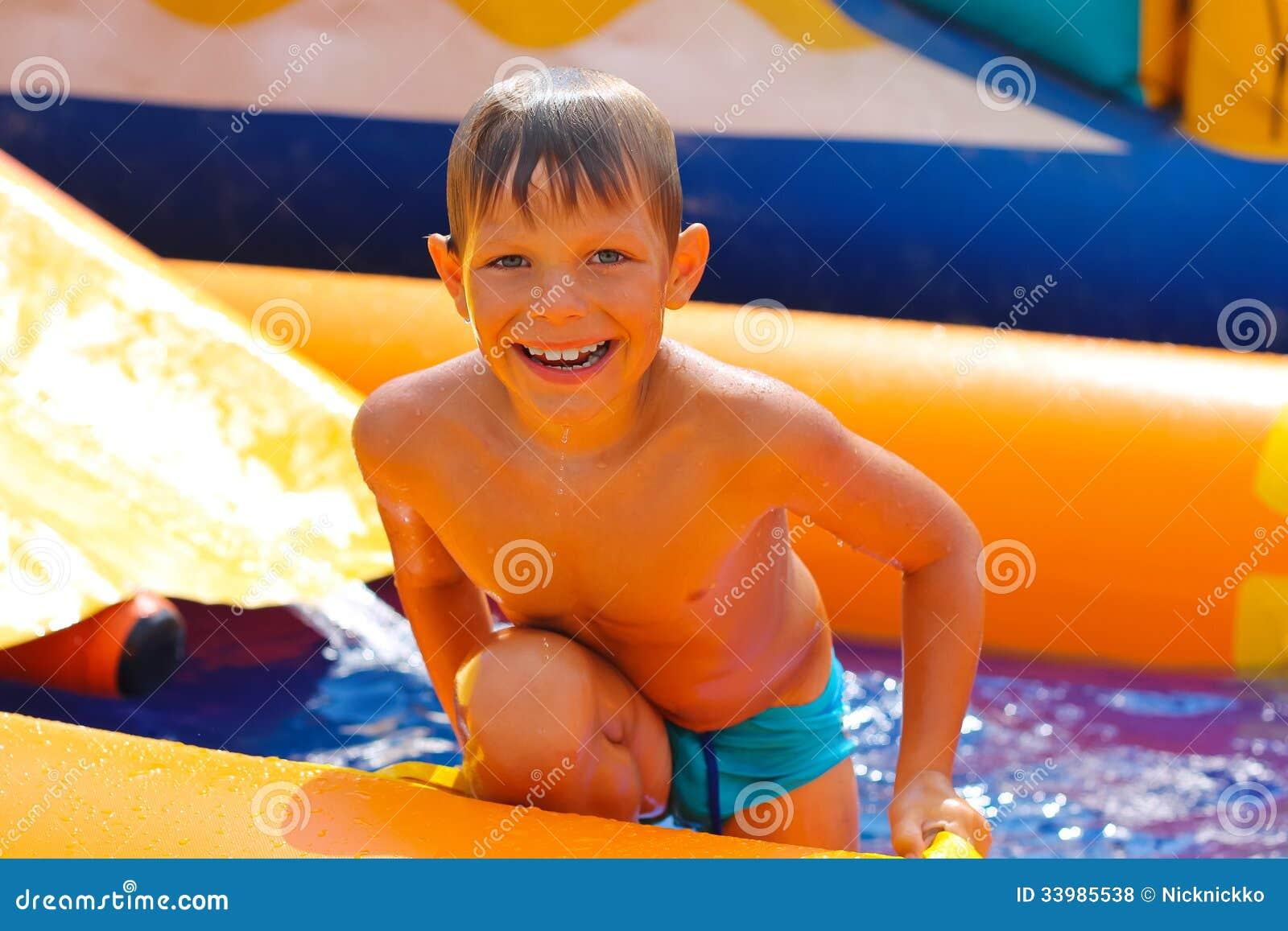微笑的男孩在水中