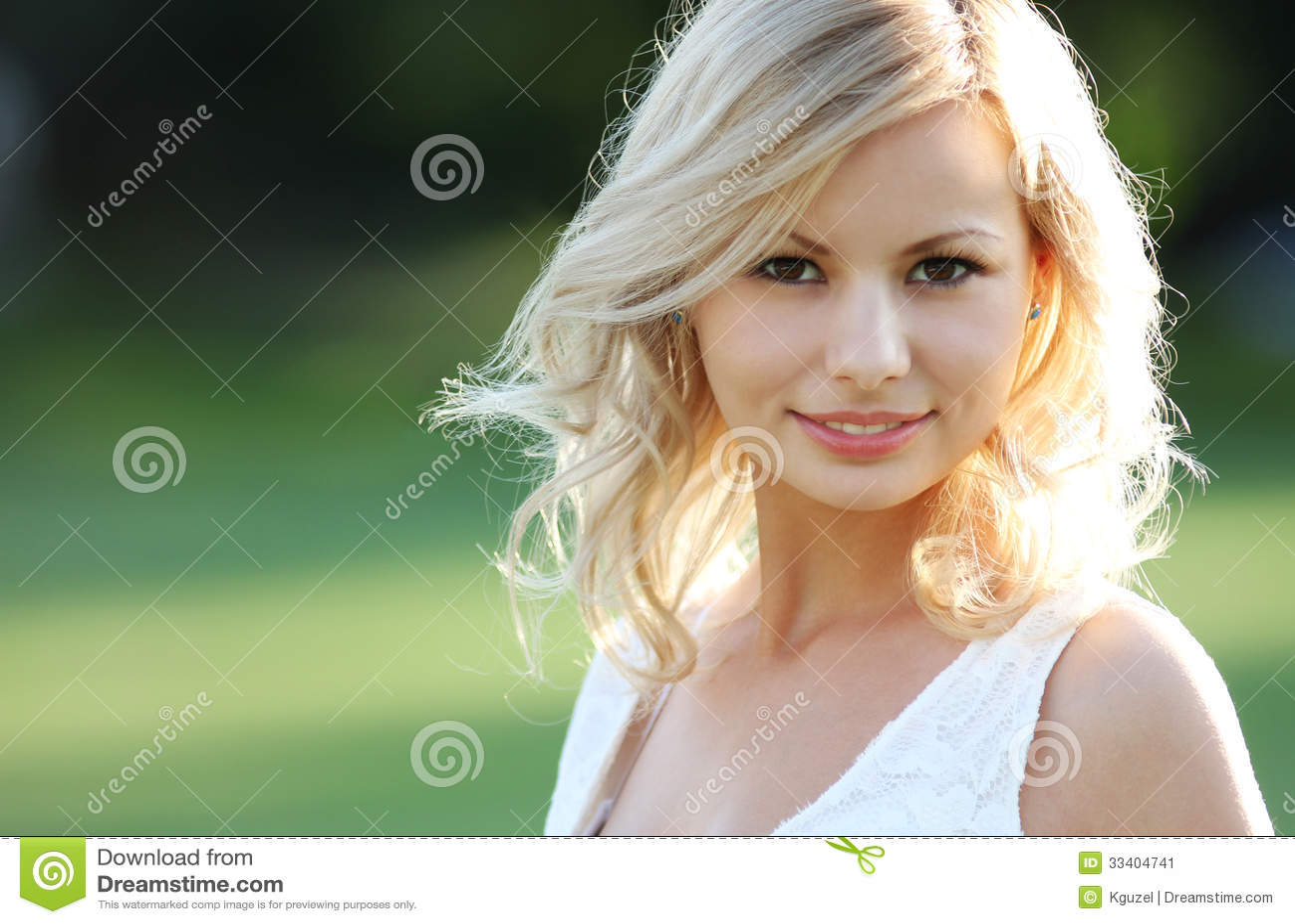 微笑的白肤金发的女孩。愉快的快乐的美丽的少妇画象,户外。