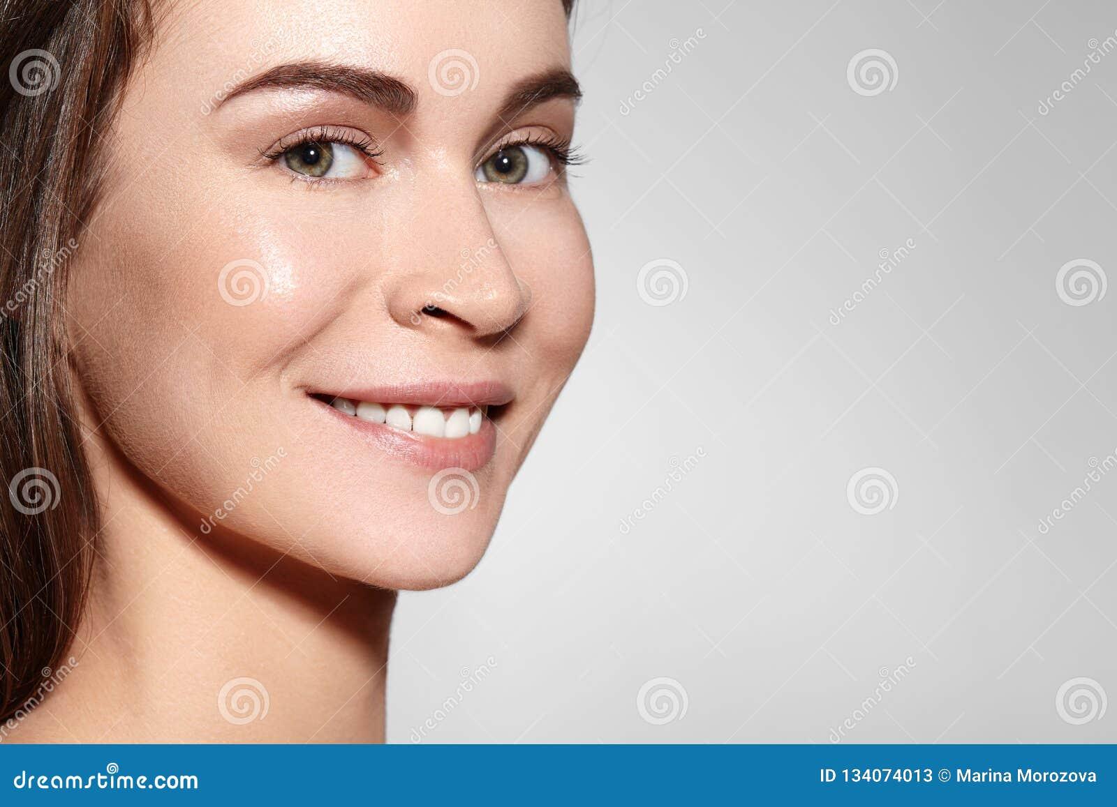 微笑的秀丽妇女面孔画象 有完善的新鲜的干净的皮肤的美丽的温泉模型女孩 青年时期和护肤概念