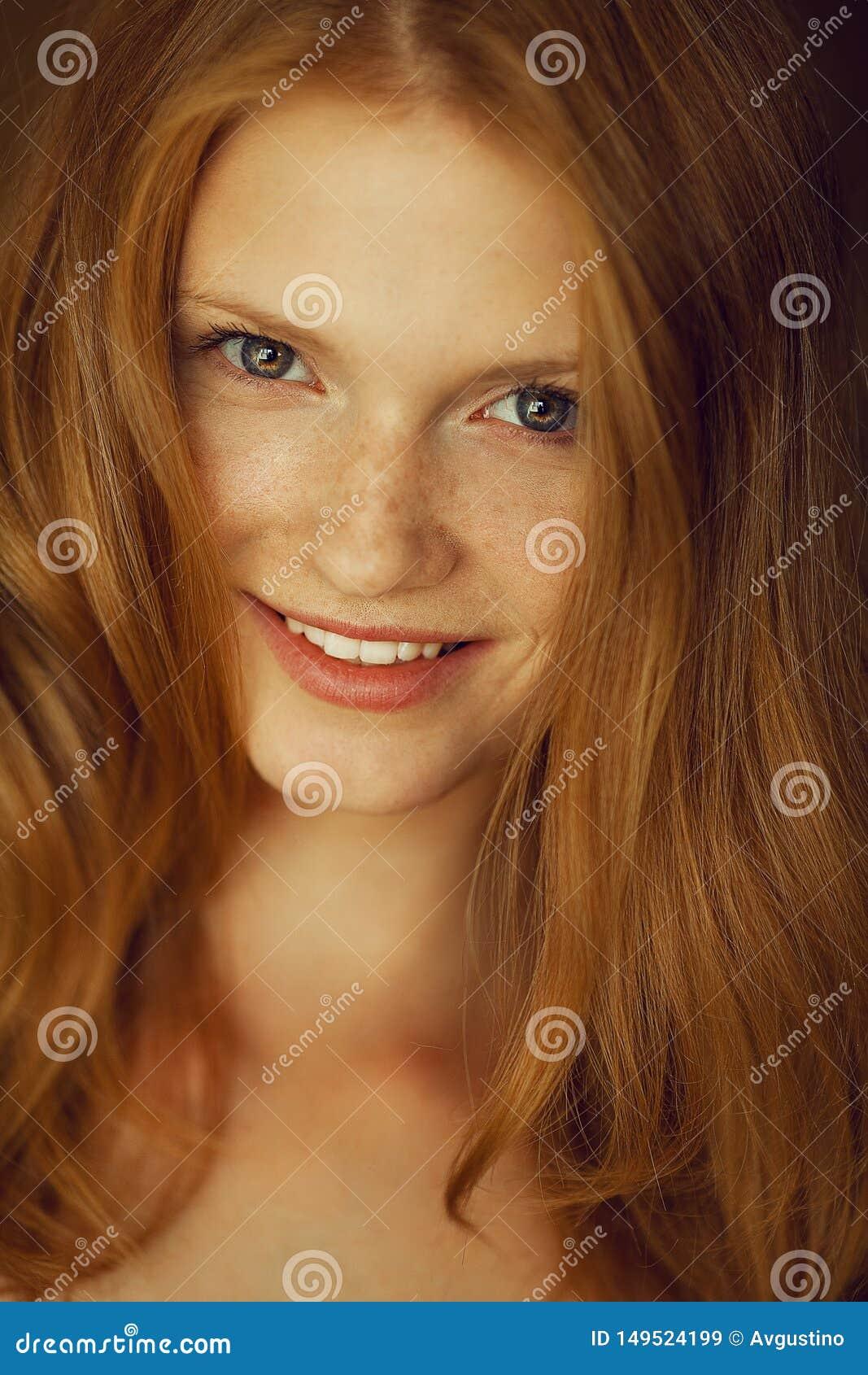微笑的美丽的红发妇女画象