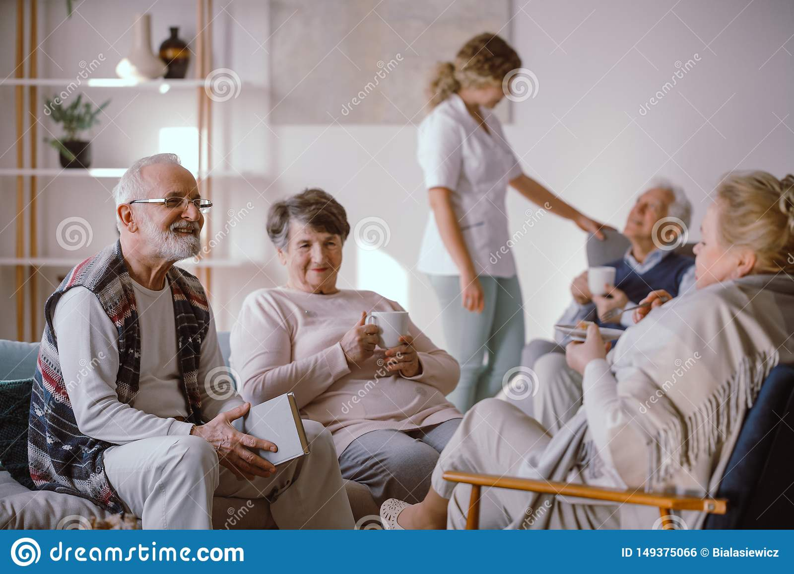 微笑的老人谈话与养老院的其他居民
