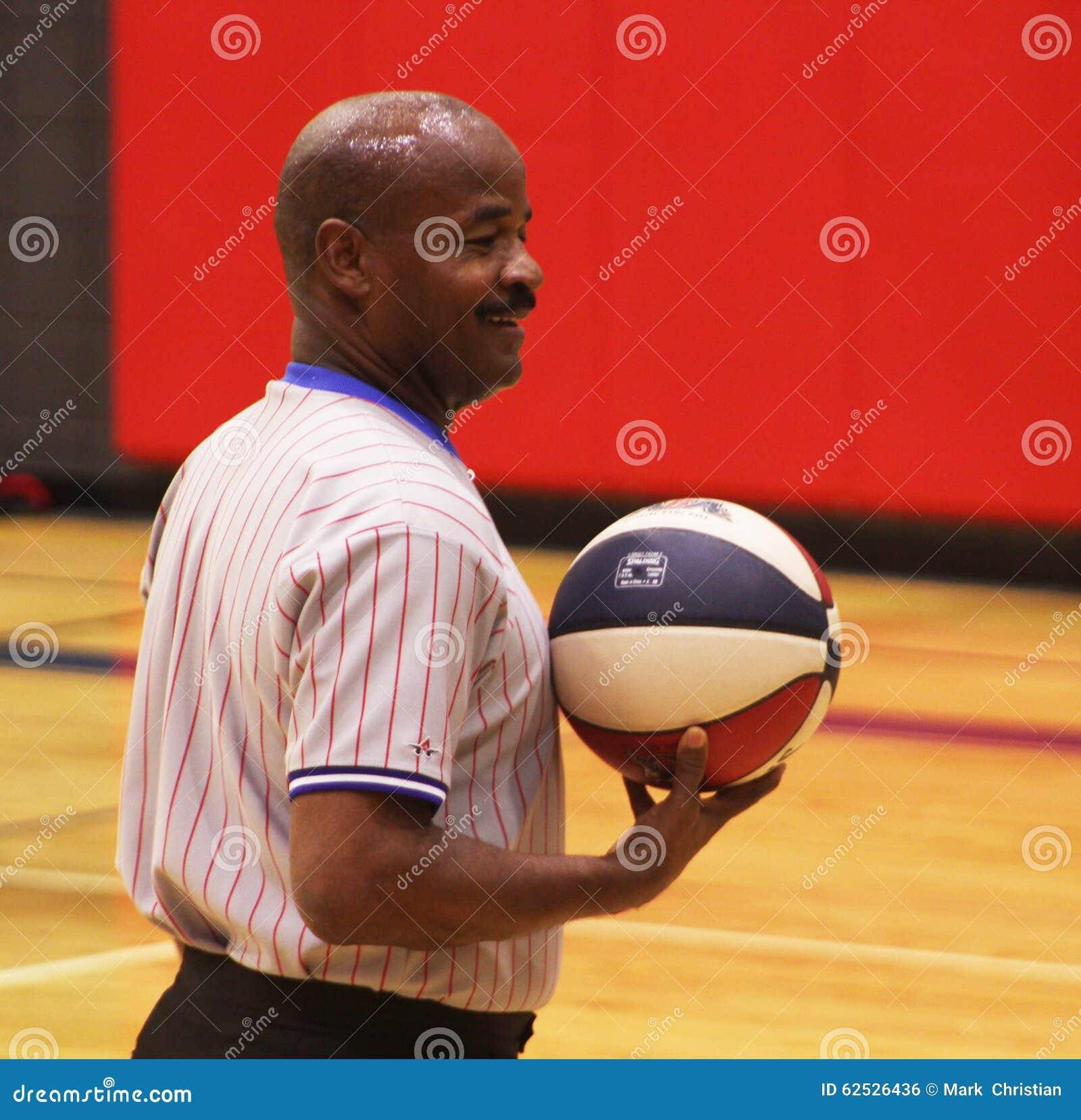 微笑的非裔美国人的篮球裁判员