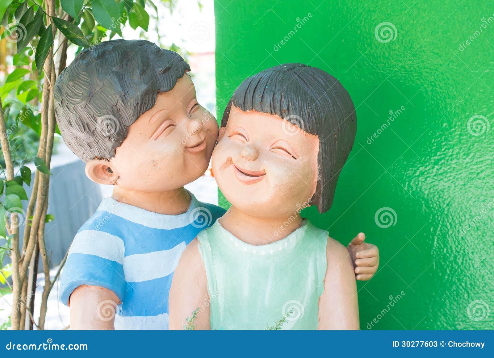 微笑的面孔儿童恋人雕塑