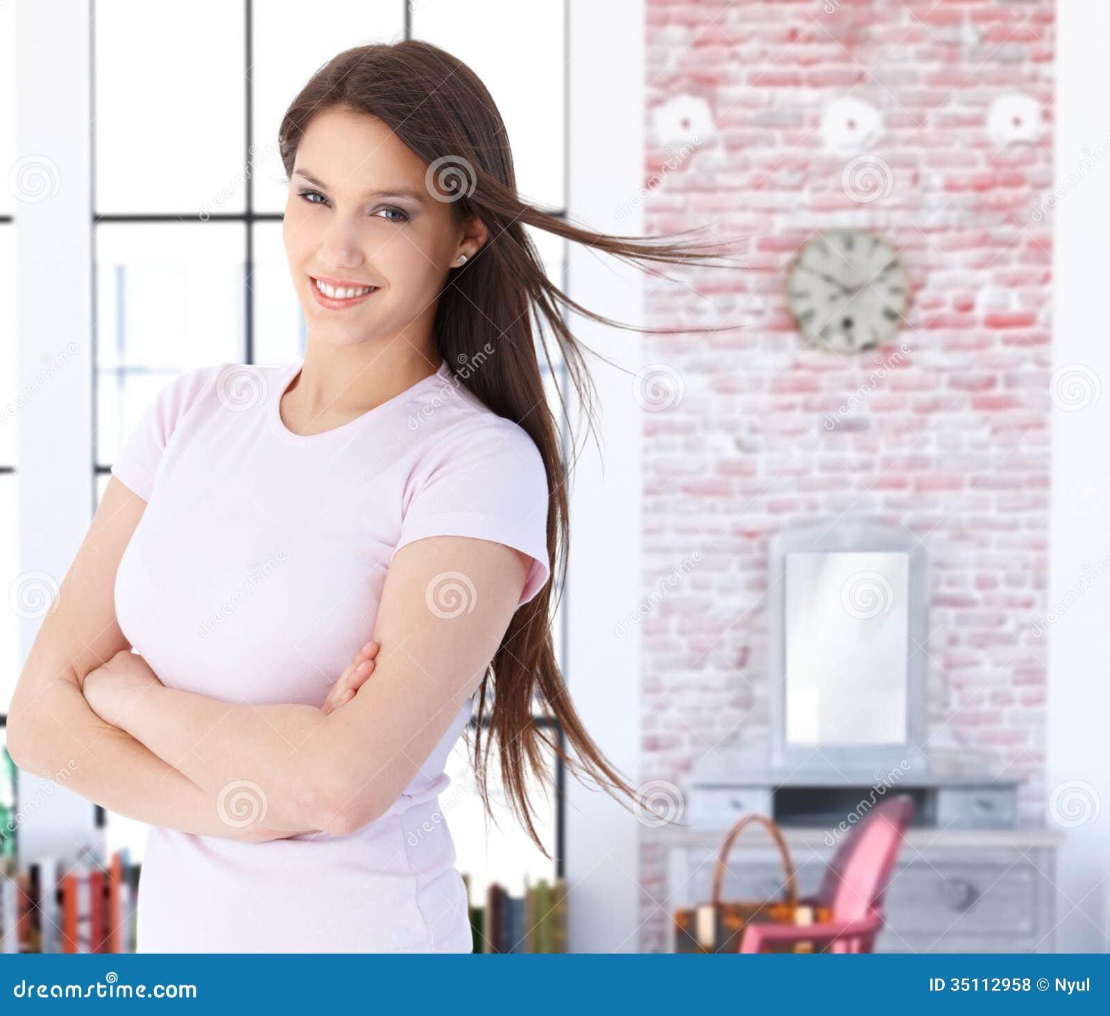 微笑的年轻白种人妇女在家