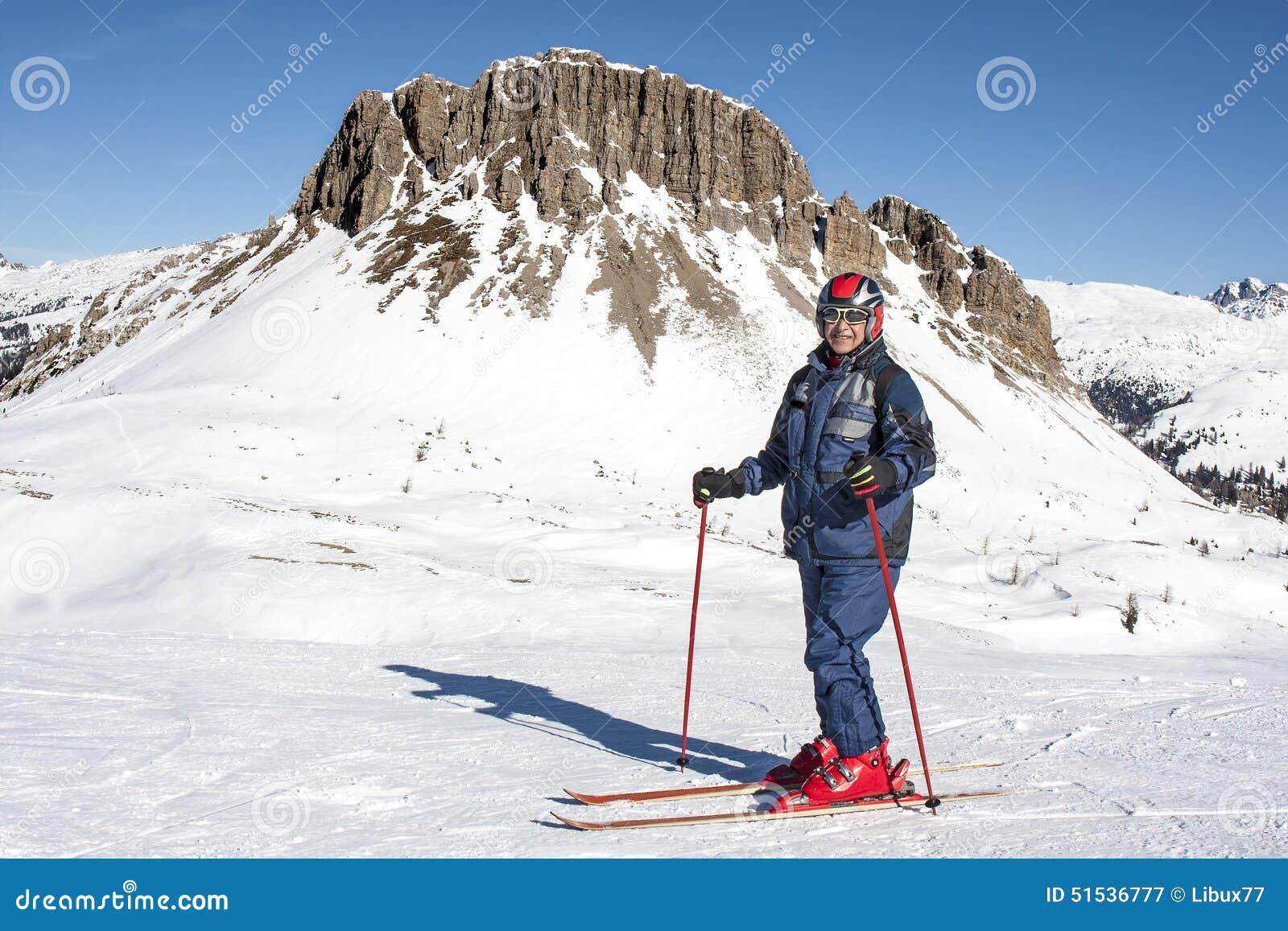 微笑的年长人滑雪雪白云岩