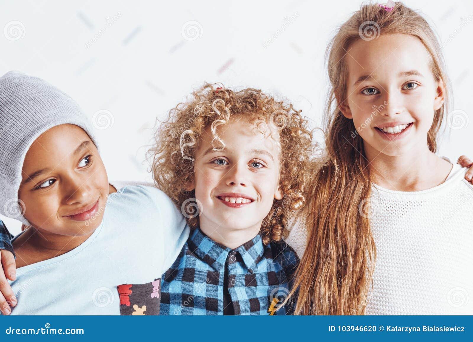 微笑青春期前的朋友欢悦