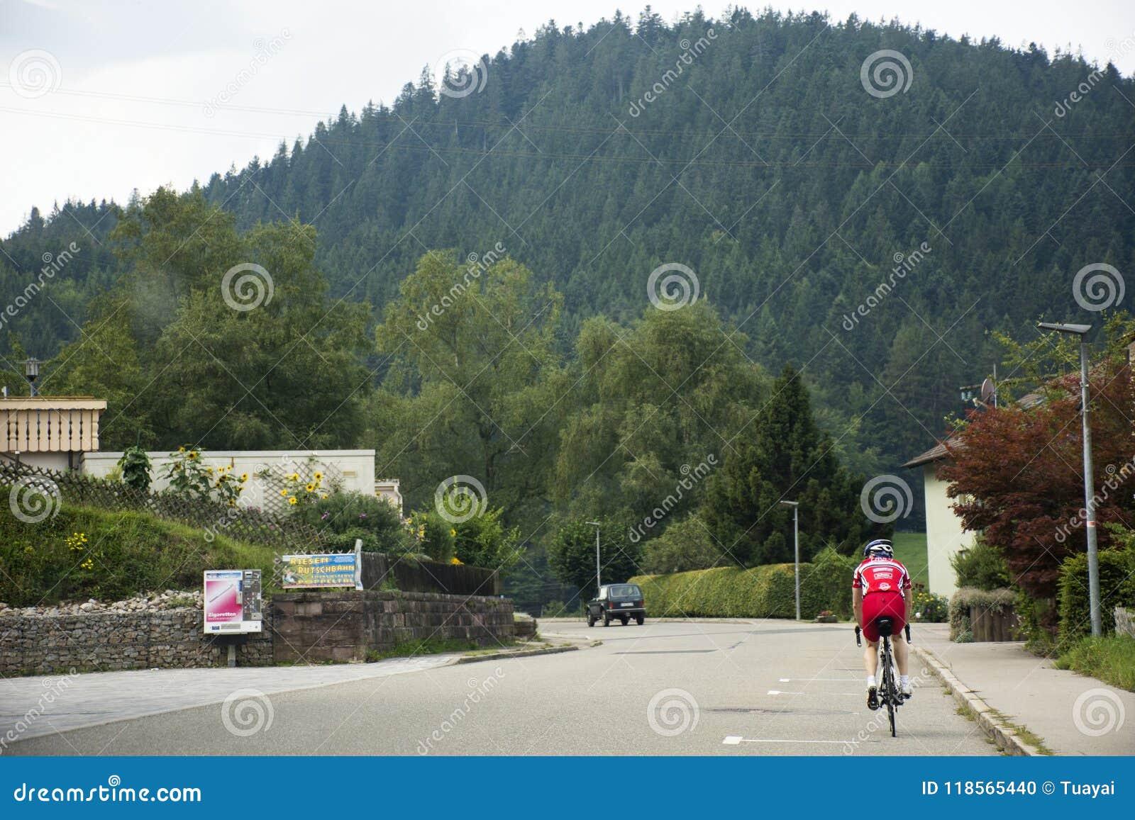 德国人民乘坐的自行车在德国的乡下实践在路的种族